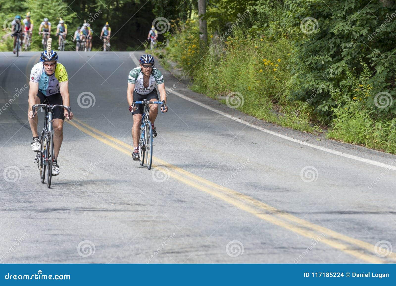 Par av cyklister på den långa kullen i Panna-mass utmaning