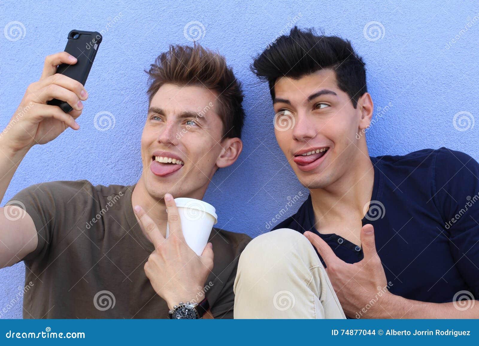 Par av grabbar som tar en selfie