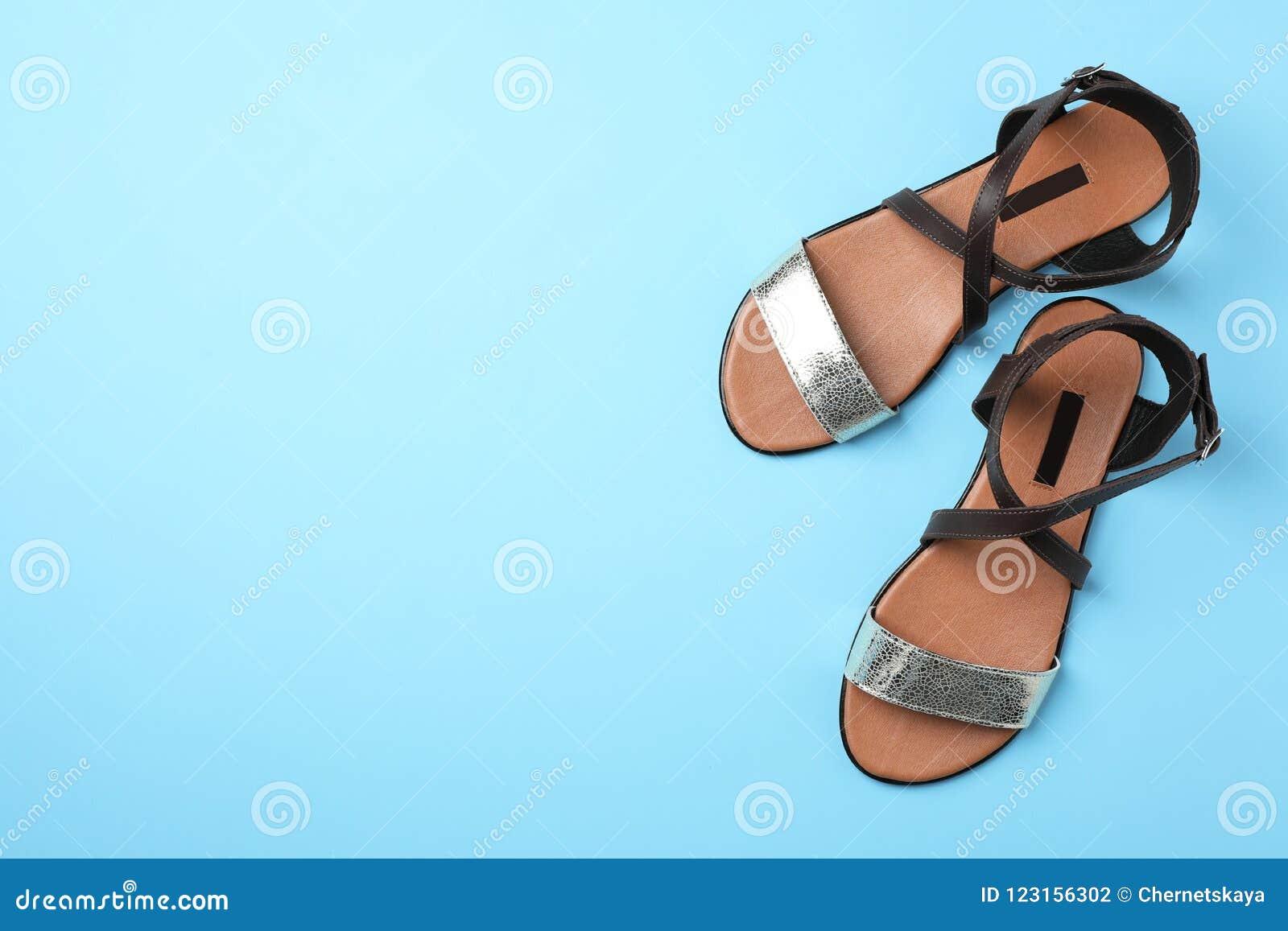 Par av moderiktiga skor för kvinna` s färgar bakgrund, bästa sikt