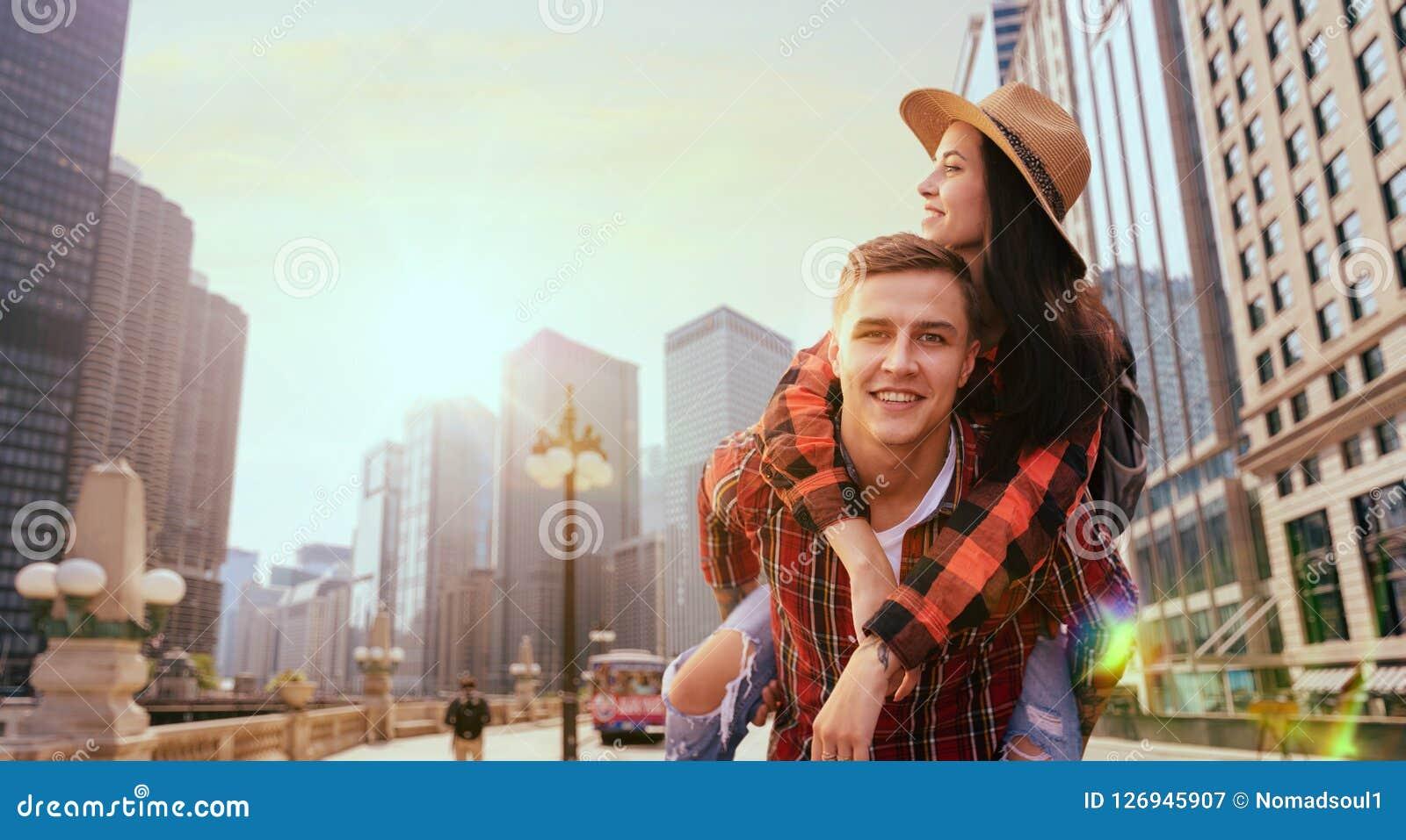 Par av turister, utfärd mellan skyskrapor
