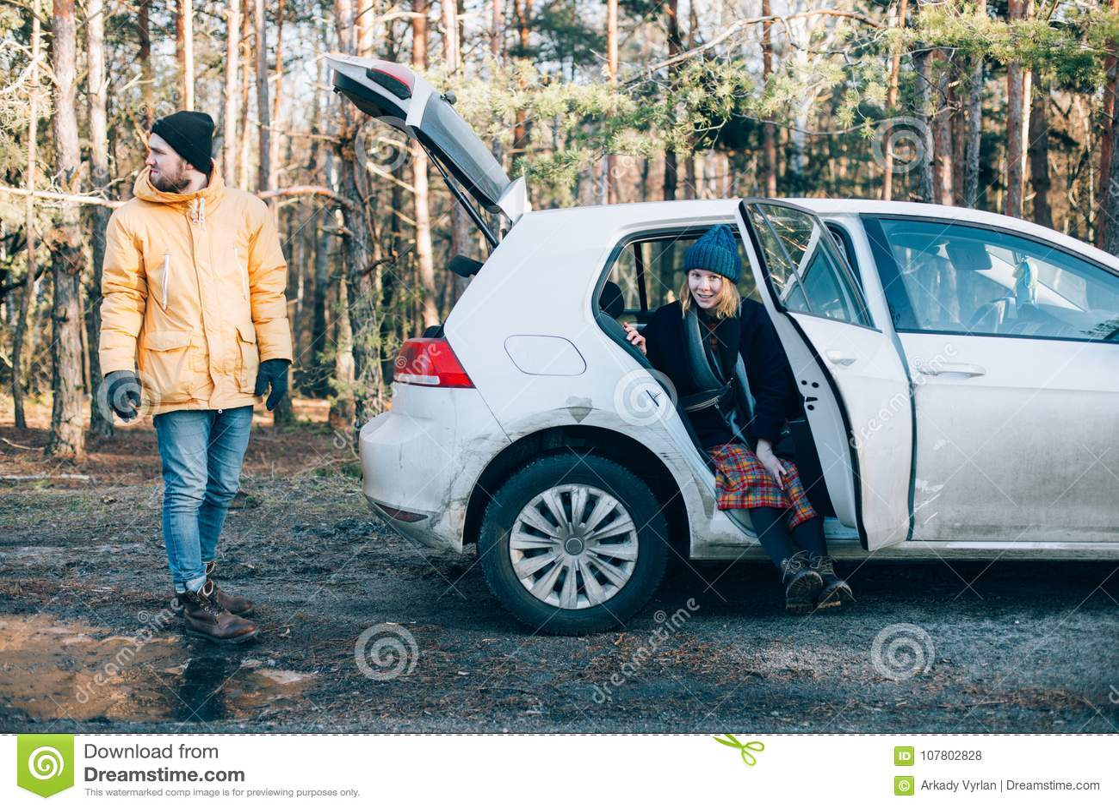 Par bredvid den lilla hybrid- bilen i skog
