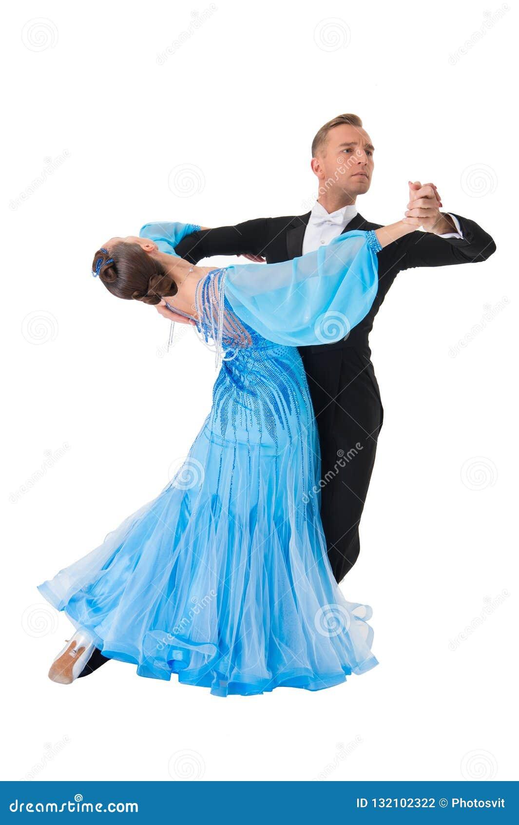 Par för balsaldans i en dans poserar isolerat på vit bakgrund sinnliga proffessionaldansare för balsal som dansar walz