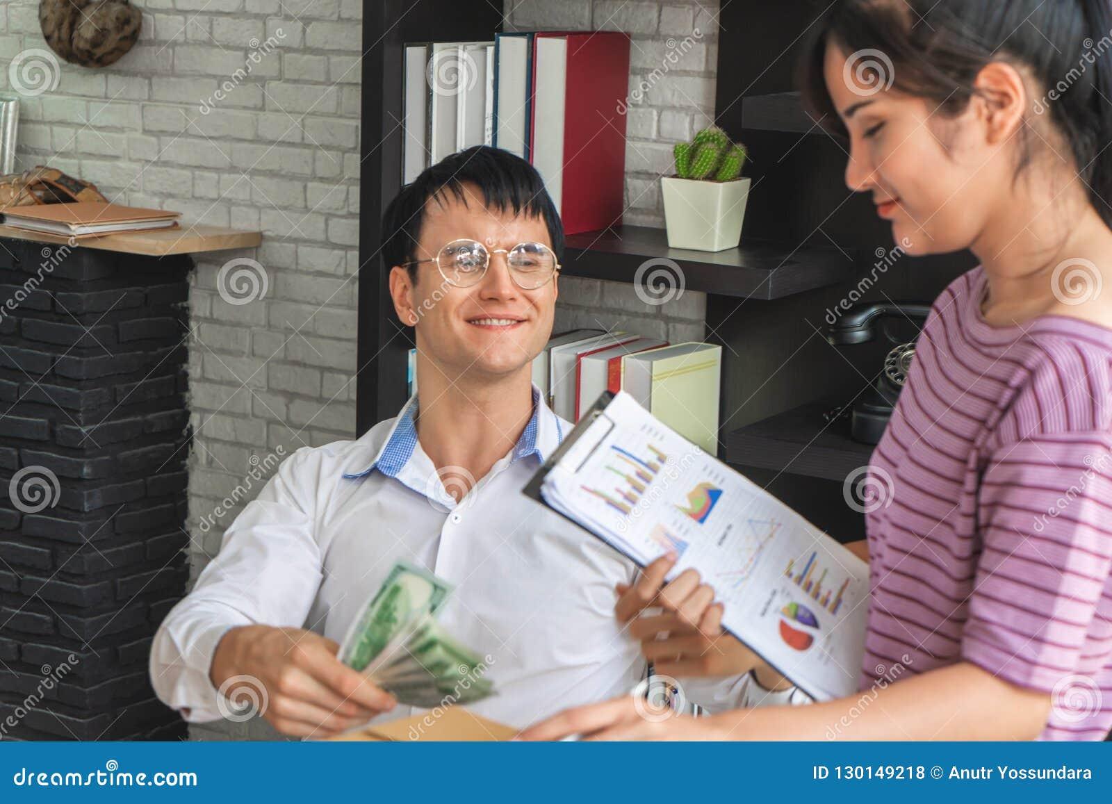 Par för kontorsarbetare som talar flörta sig lyckligt
