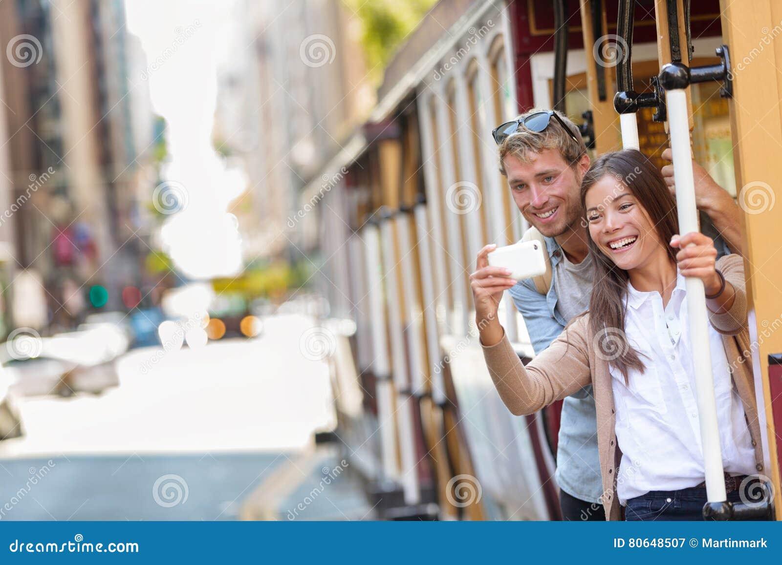 Par för San Francisco kabelbil som tar telefonselfie