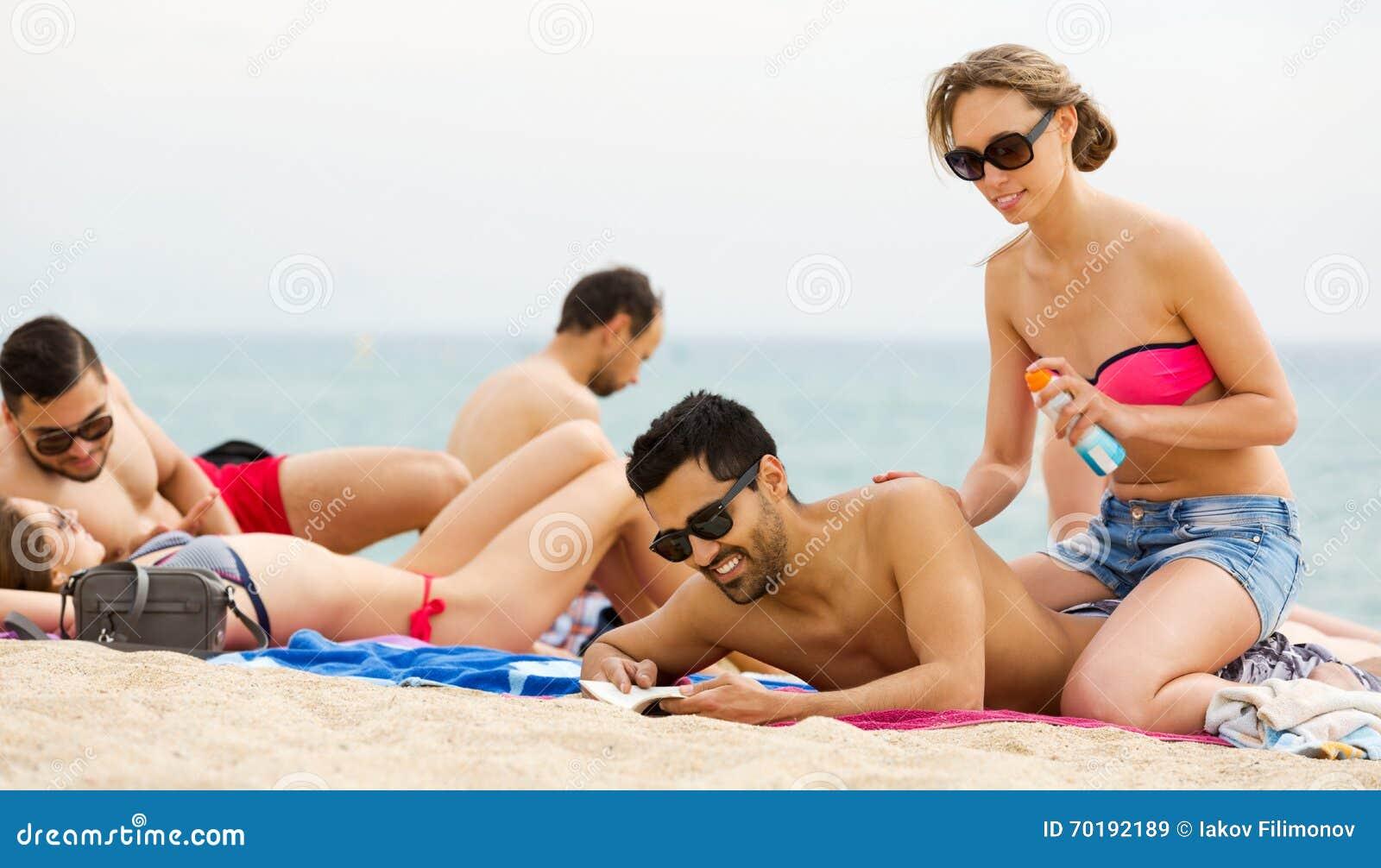 Par genom att använda kräm för solbränna