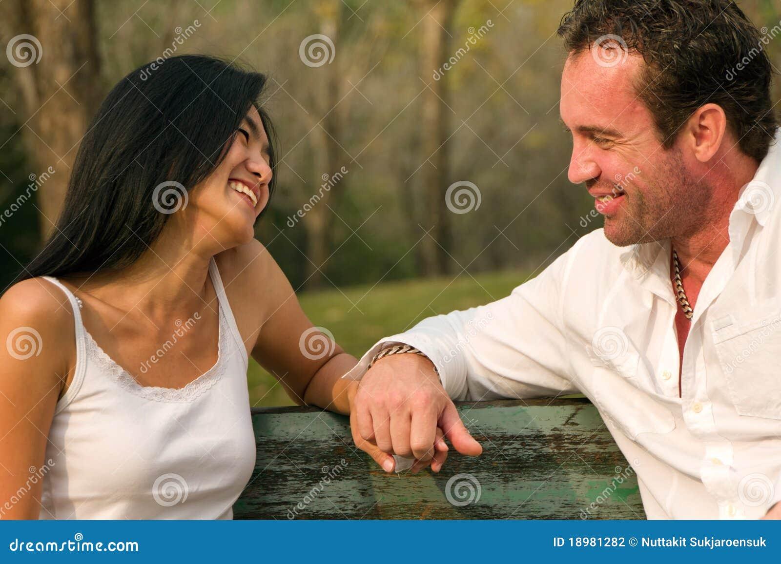 Par hand suttet leende