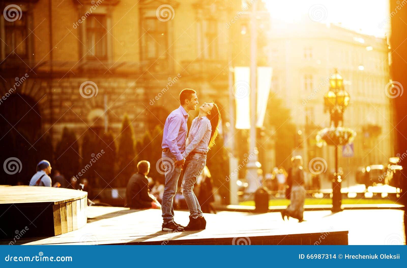 Par har gyckel i staden