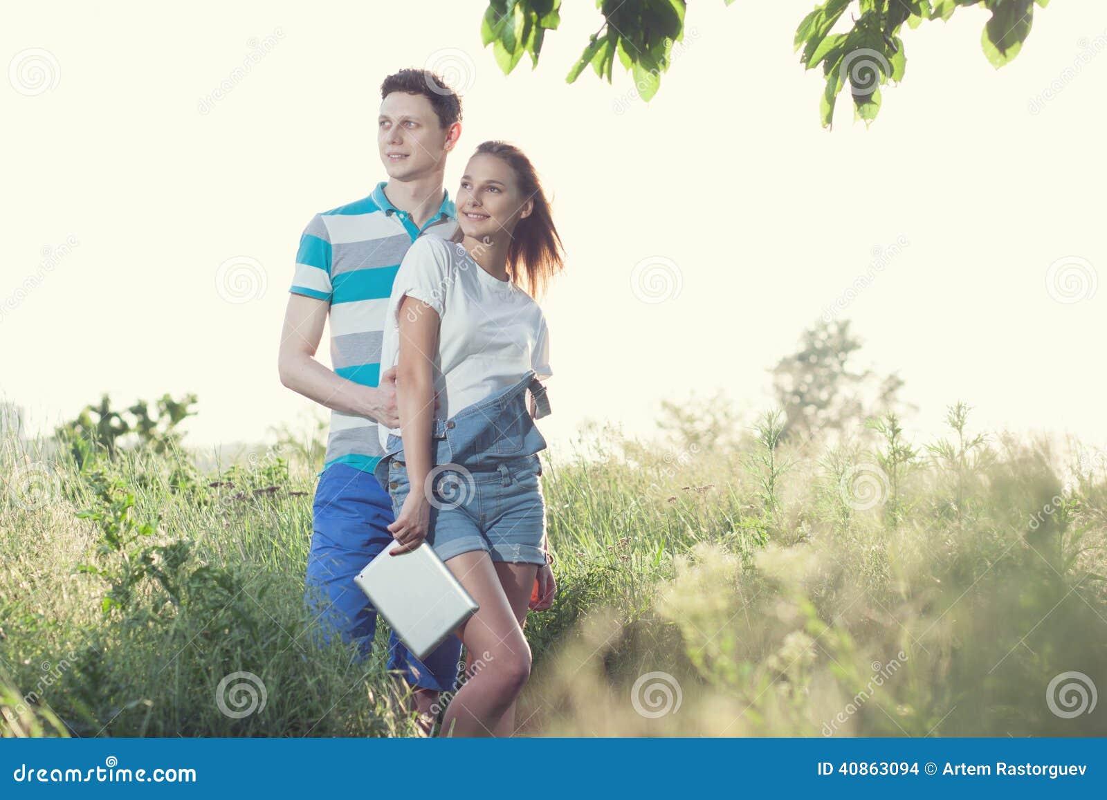 Par har möte utomhus