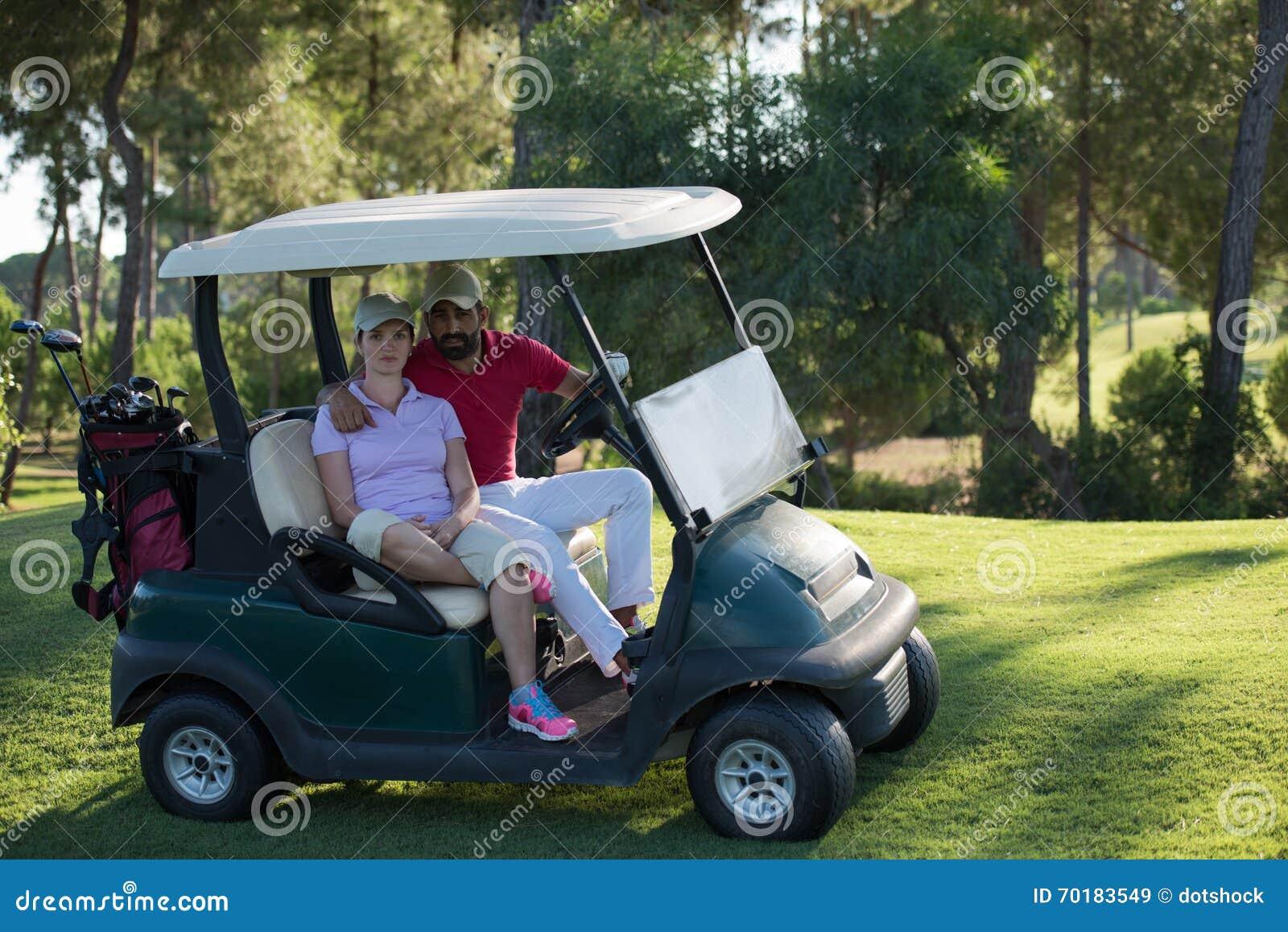 Par i barnvagn på golfbana