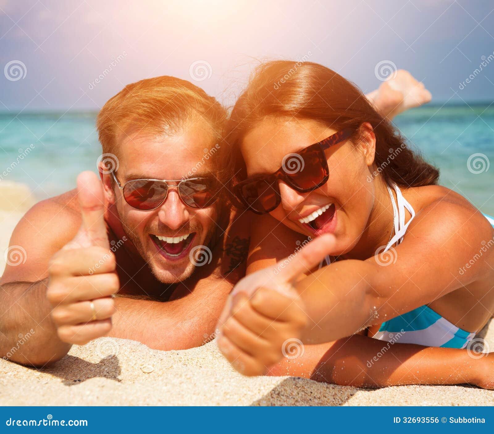 Par i solglasögon på stranden