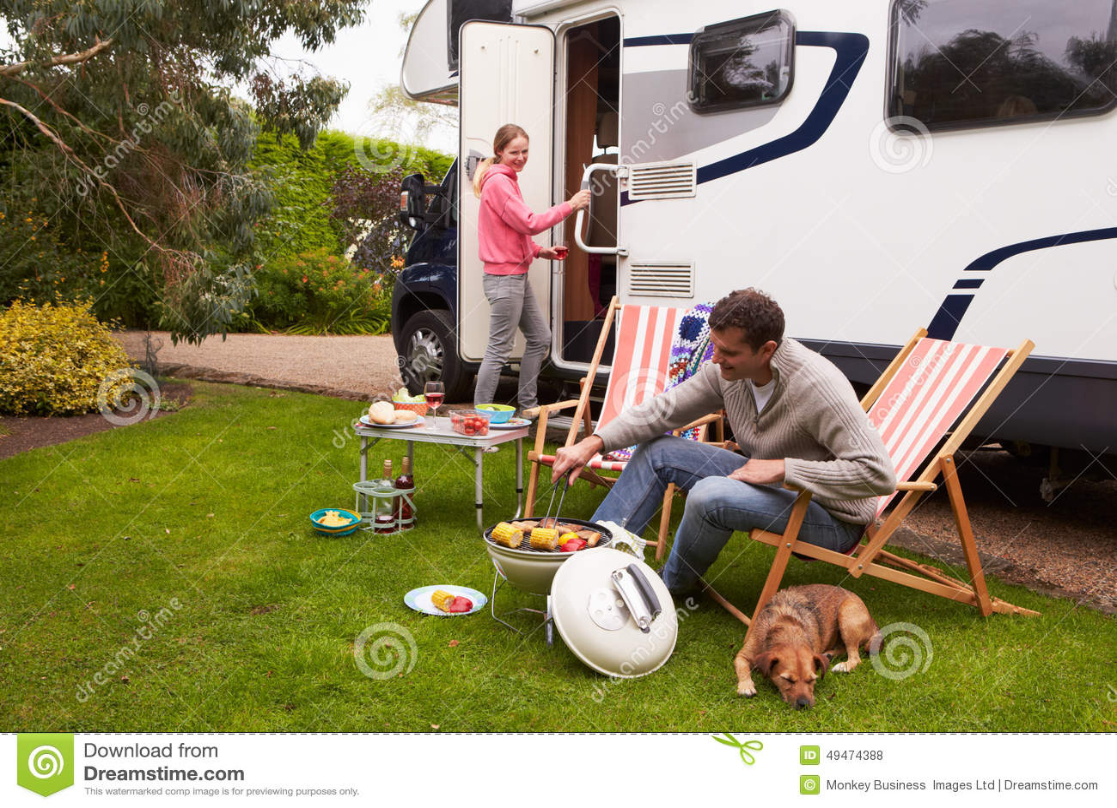 Par i Van Enjoying Barbeque On Camping ferie