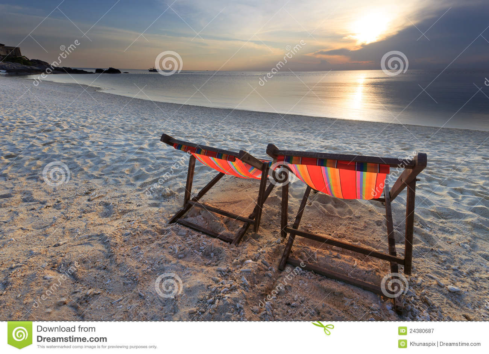 Par krzesła plaża i zmierzch
