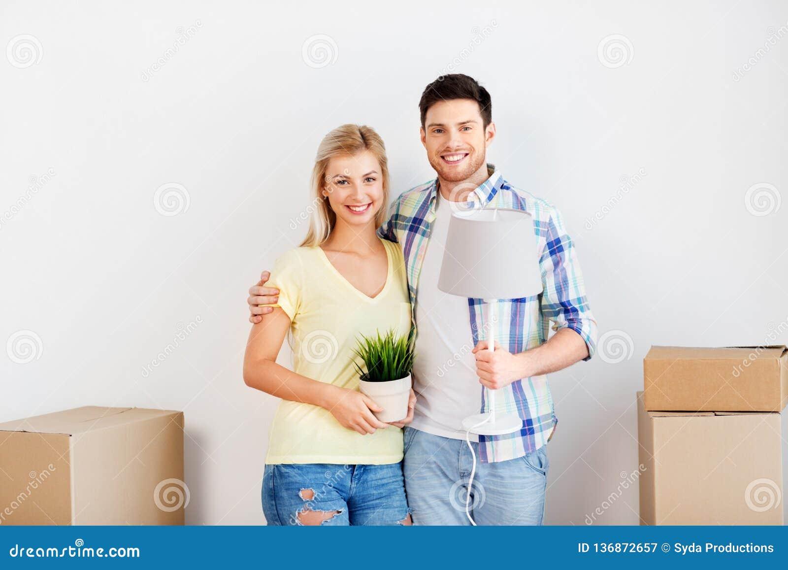 Par med blomman och lampan som flyttar sig till det nya hemmet