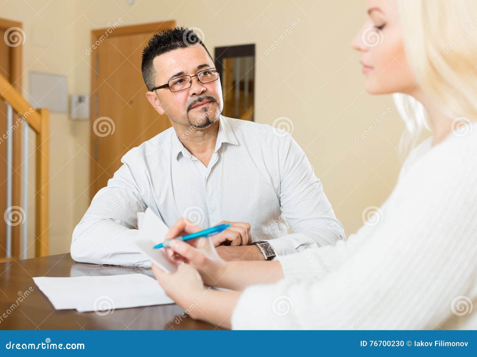 Par med hemmastadda dokument