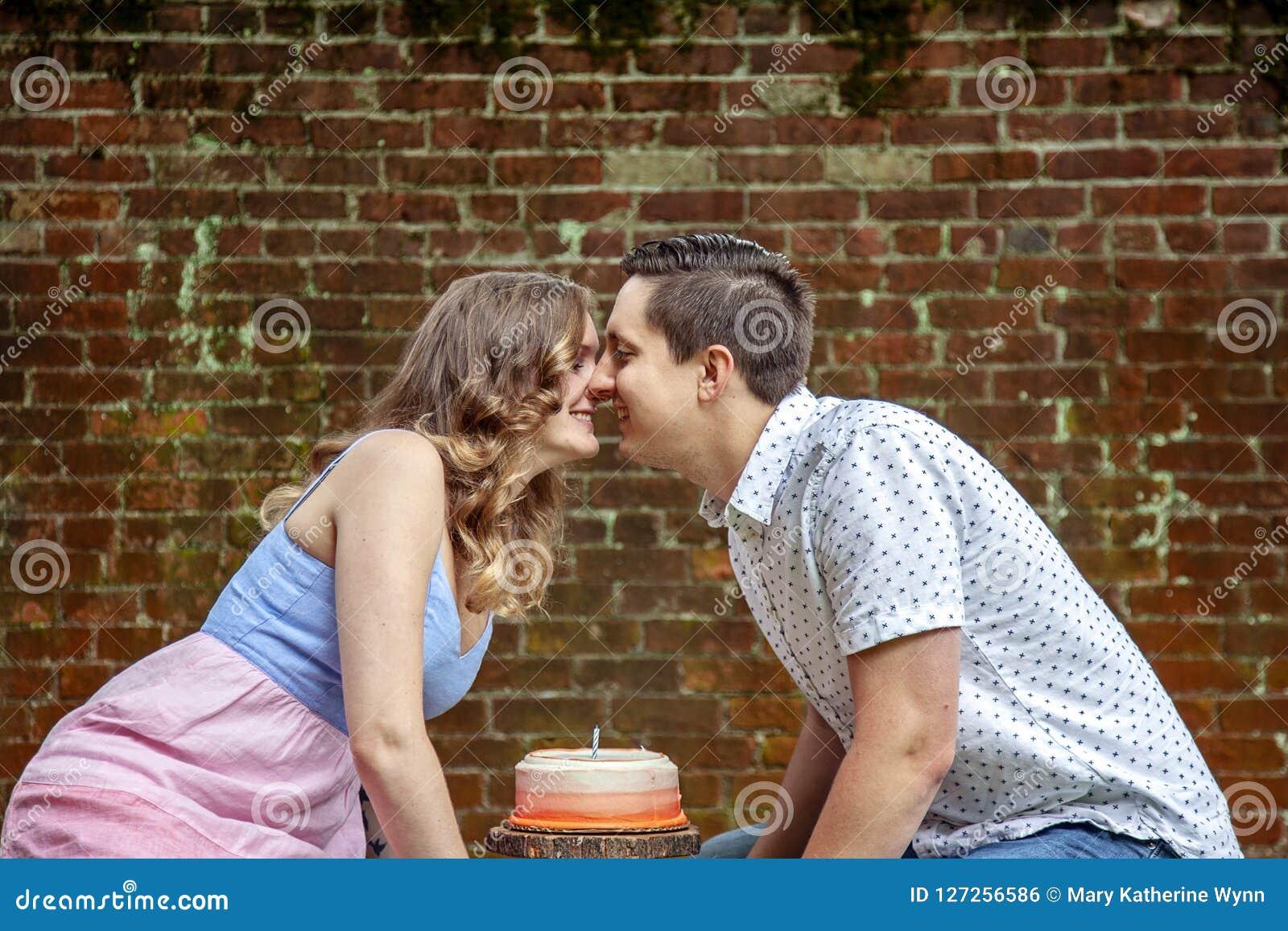 Par med kakan som firar en årsårsdag