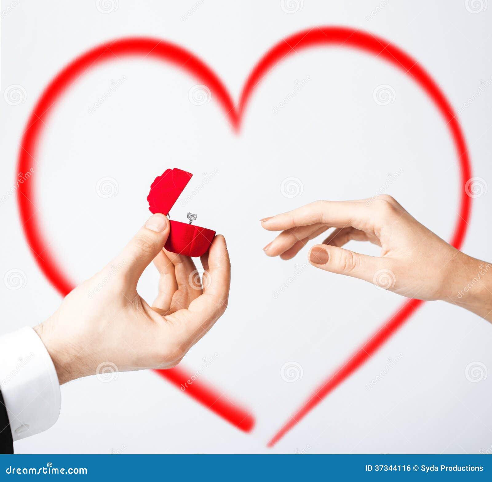 Par med vigselring- och gåvaasken