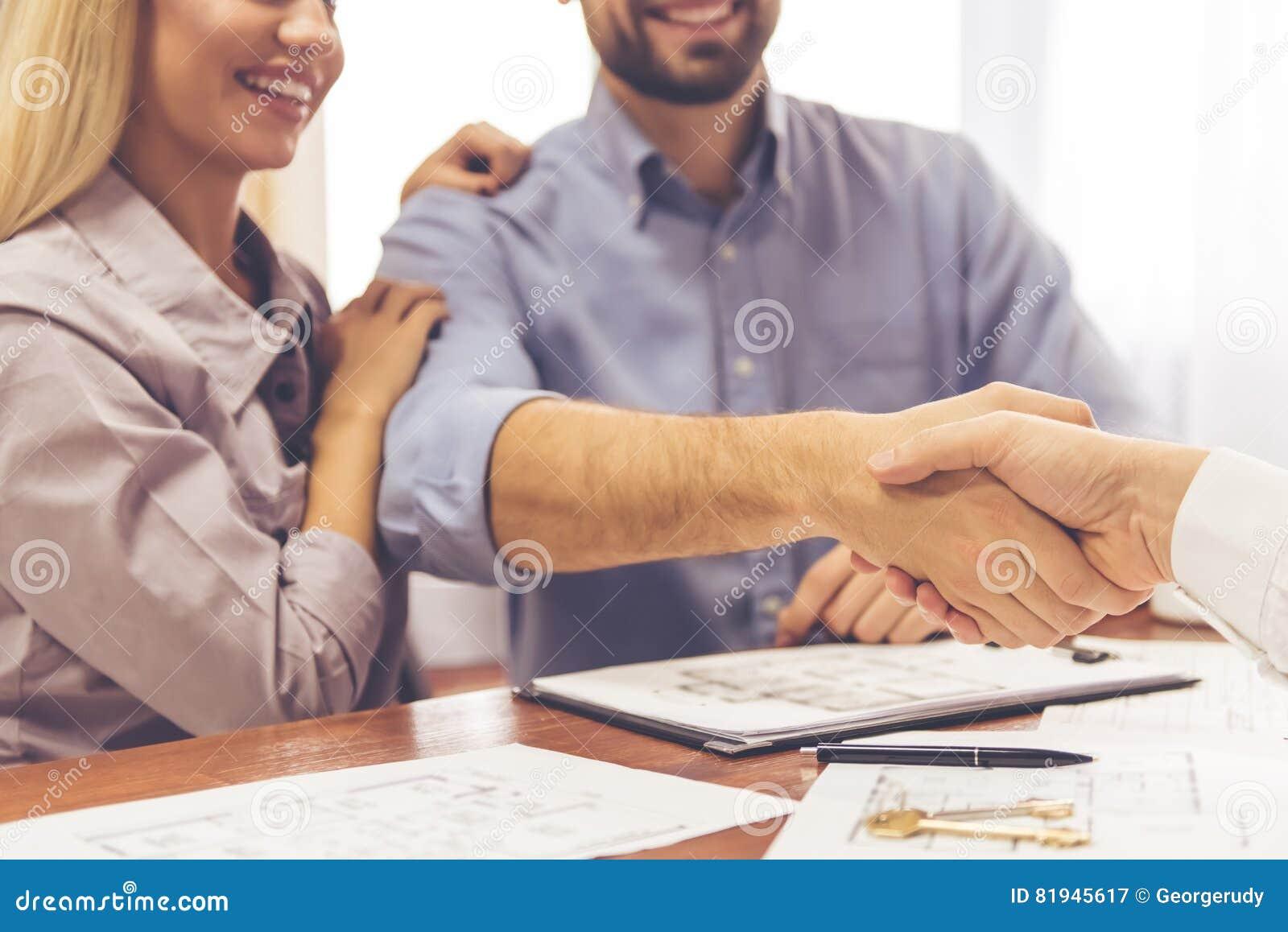 Par och en fastighetsmäklare