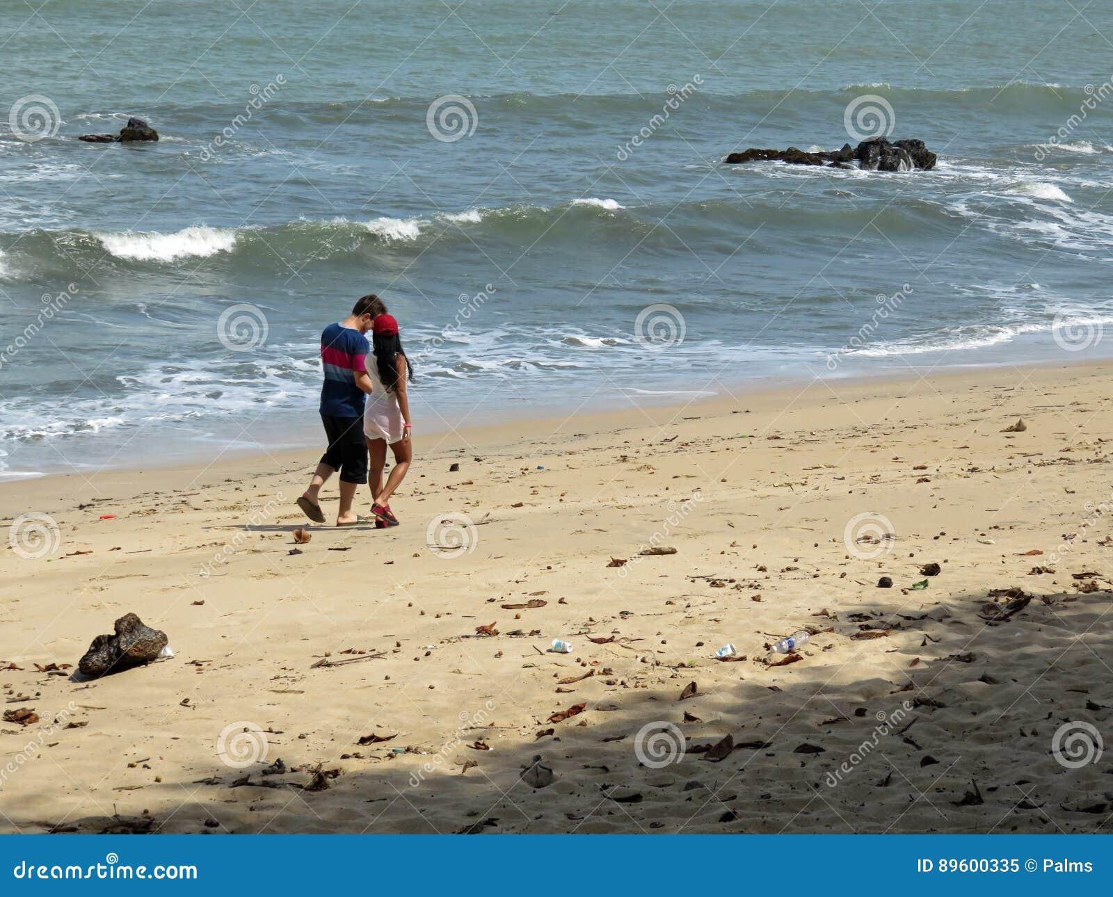 Par på den Desaru stranden, Johor, Malaysia