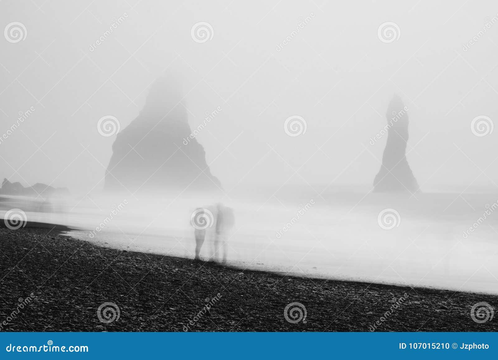 Par på den svarta stranden, Island, i tung dimma