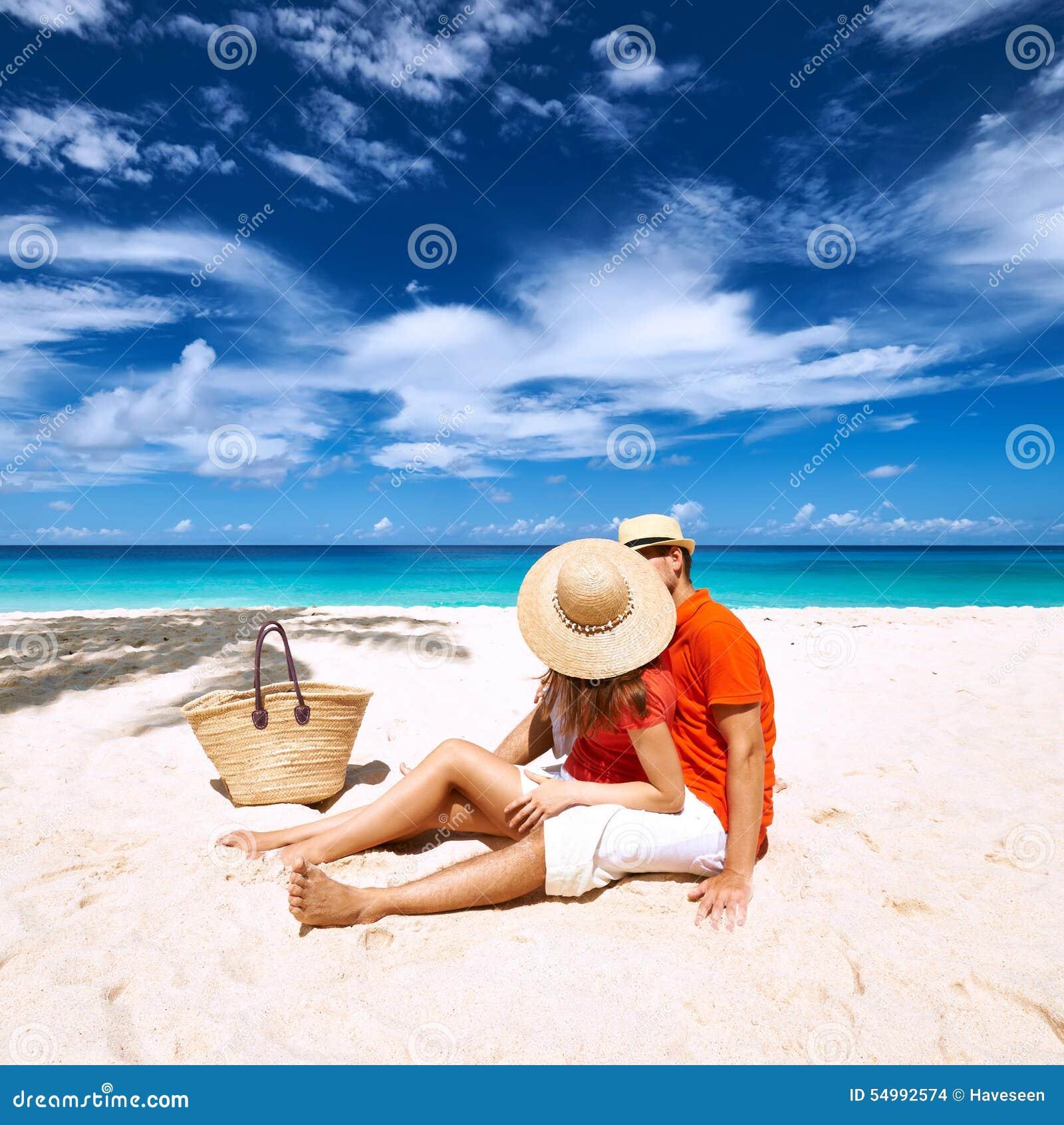 Par på en strand på Seychellerna