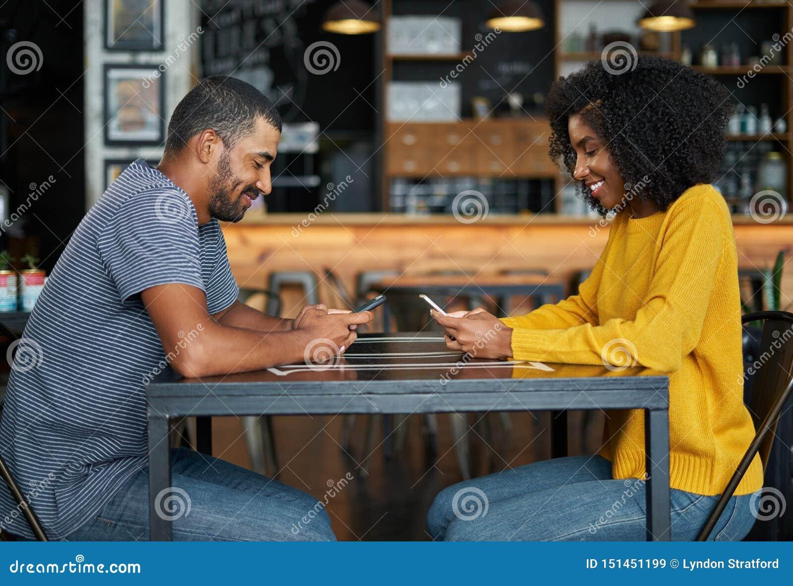 Par på kafétabellen genom att använda mobiltelefoner