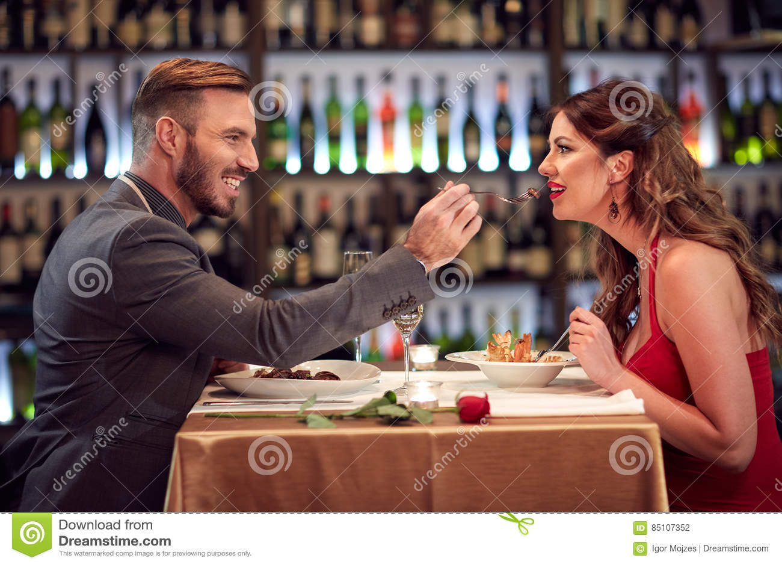 Par på matställen tillsammans
