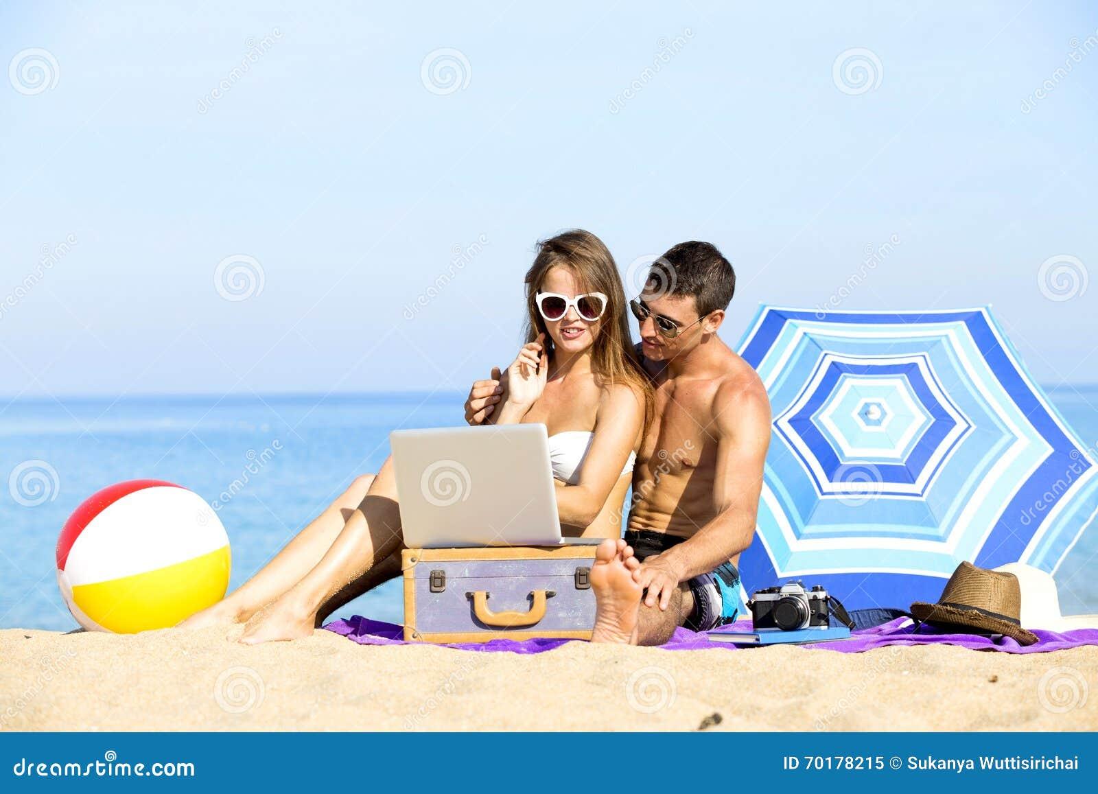 Par på sommarferier semestrar på den tropiska stranden