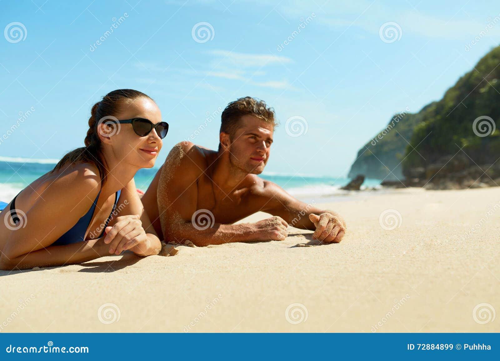 Par på stranden i sommar Romantiskt folk på sand på semesterorten