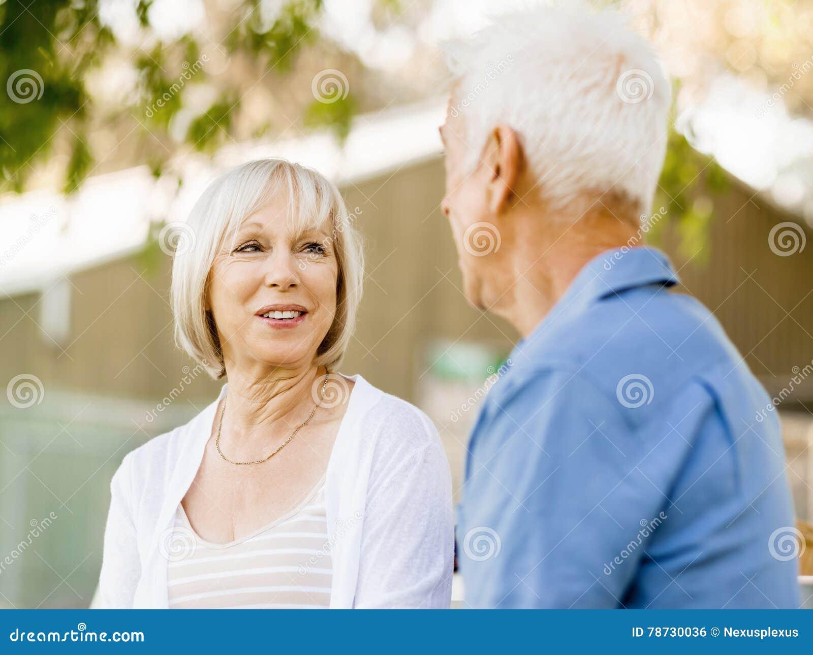 Par parkerar den avslappnande pensionären