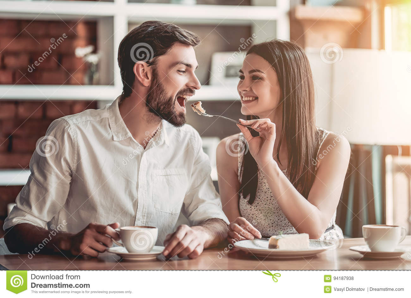 Par som är förälskade i kafé