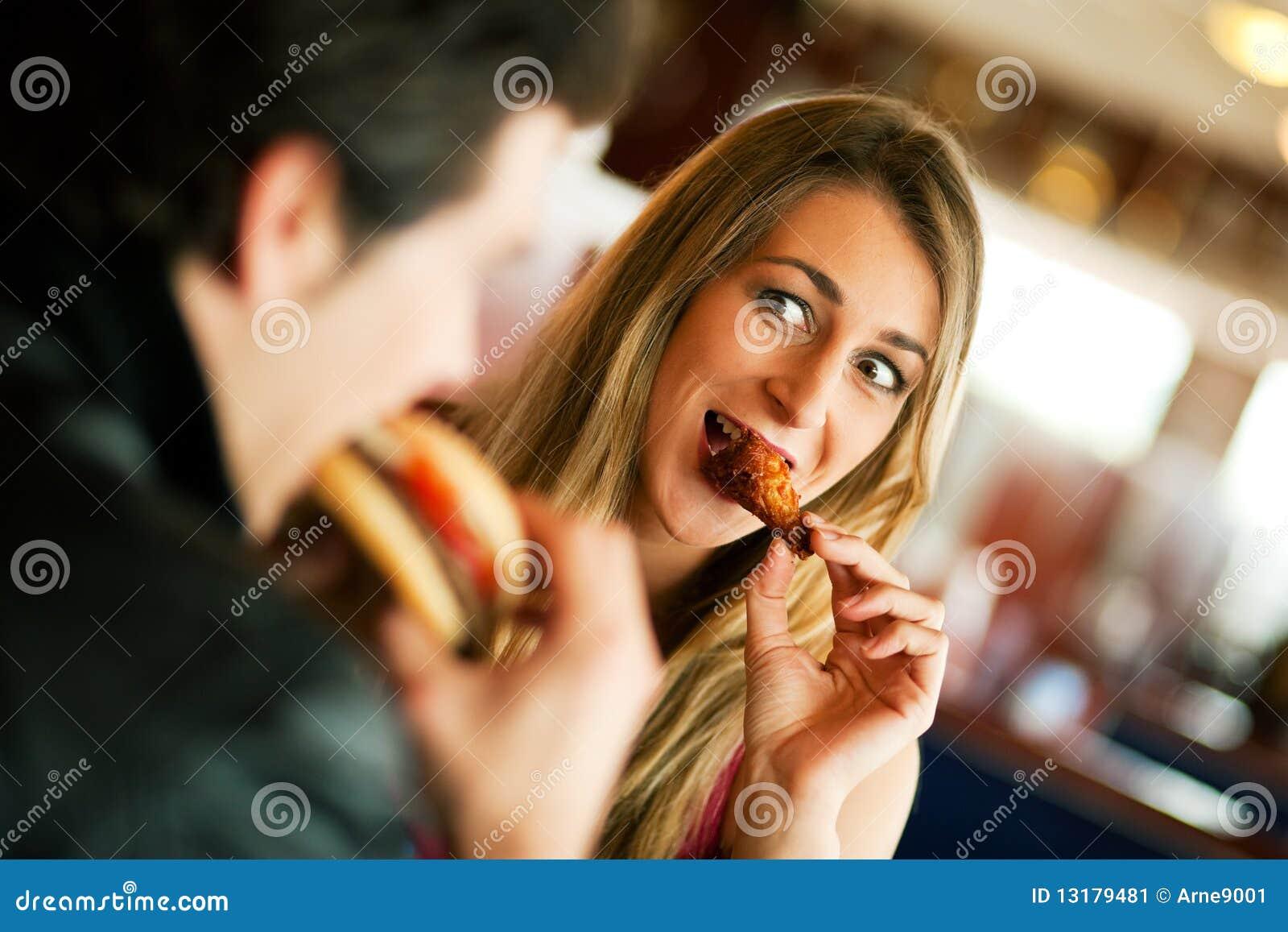 Par som äter snabbmatrestaurangen