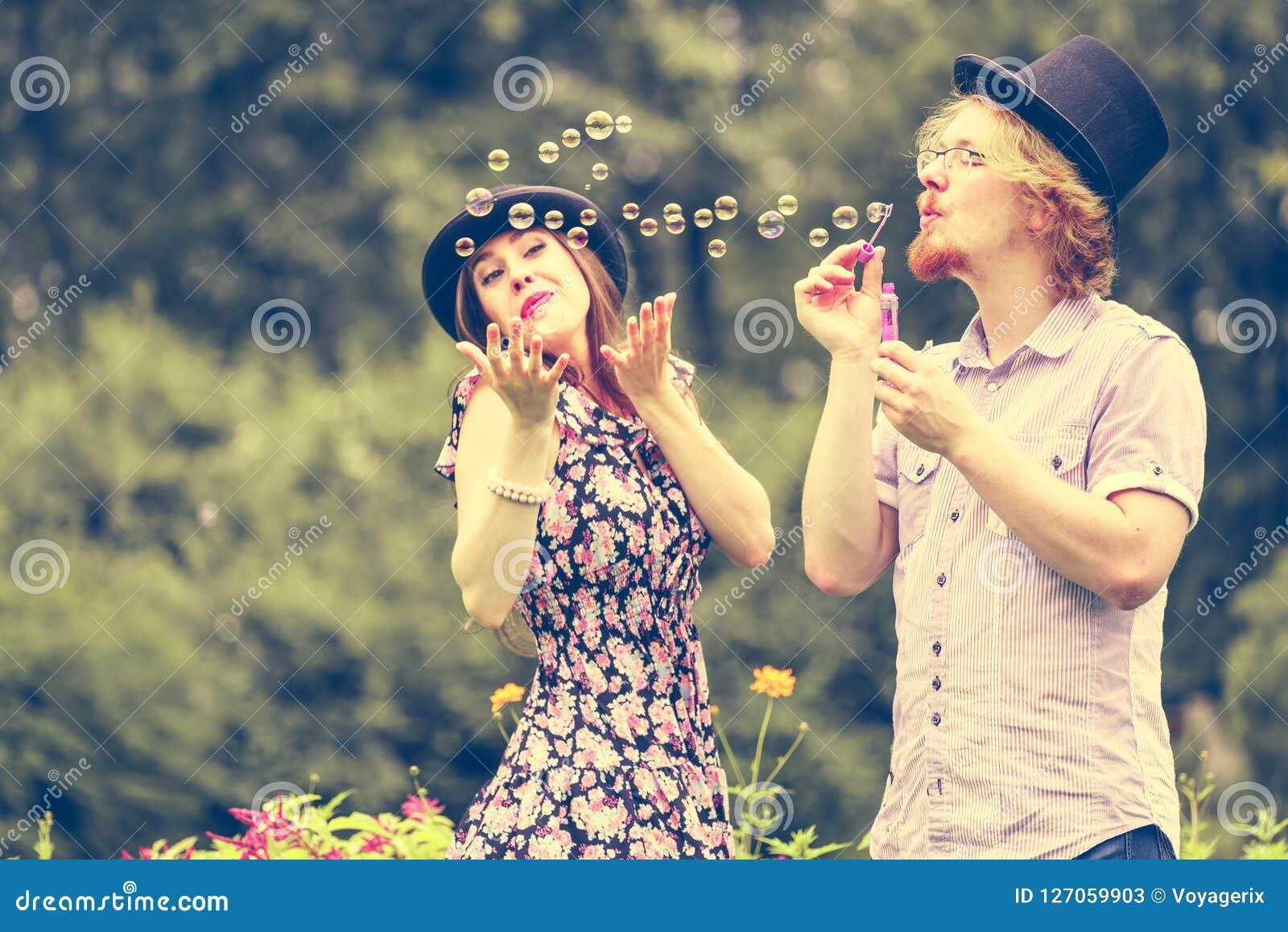 Par som blåser utomhus- bubblor