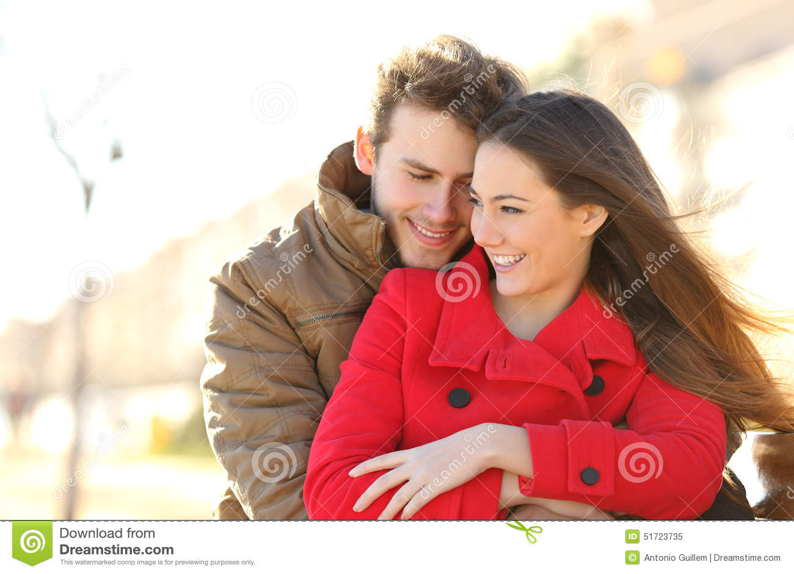 Par som daterar och kramar som är förälskad i en parkera