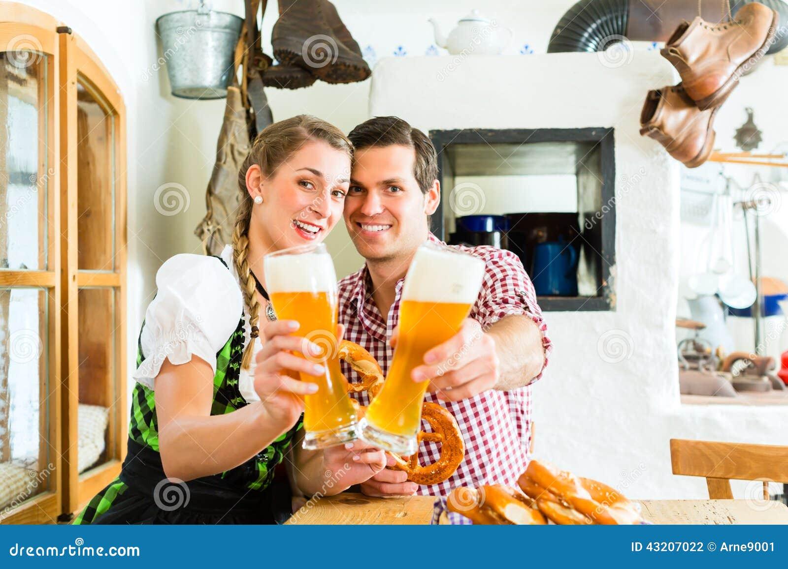 Download Par Som Dricker Veteöl I Bayersk Restaurang Arkivfoto - Bild av traditionellt, bavaria: 43207022