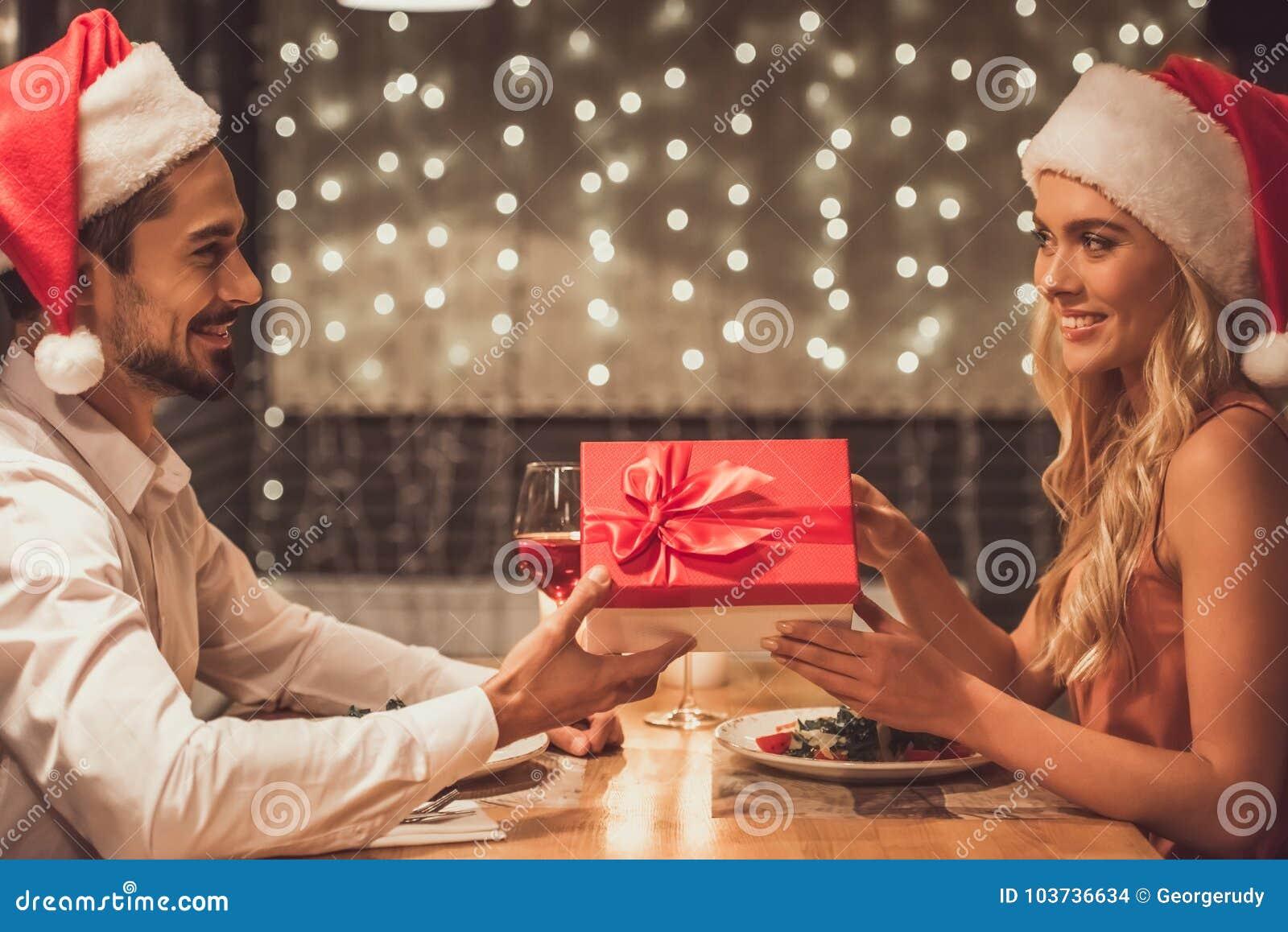 Par som firar nytt år