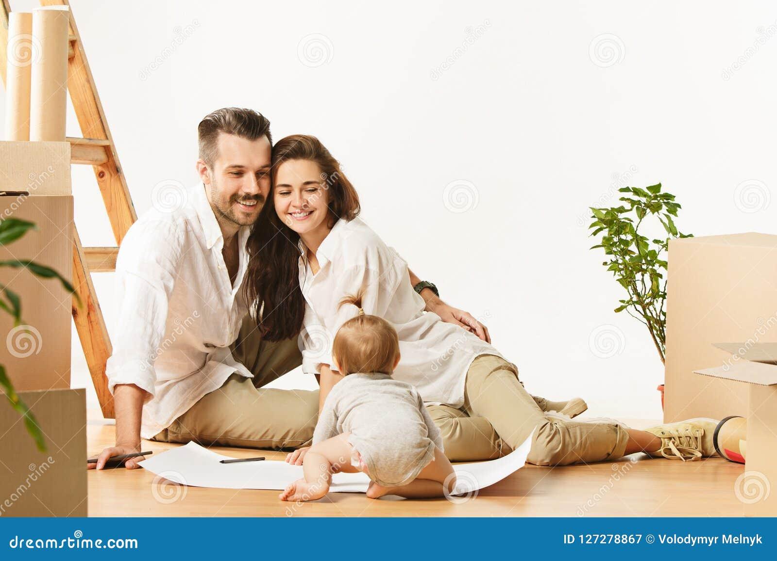 Par som flyttar sig till ett nytt hem - det lyckliga gifta folket köper en ny lägenhet för att starta nytt liv tillsammans