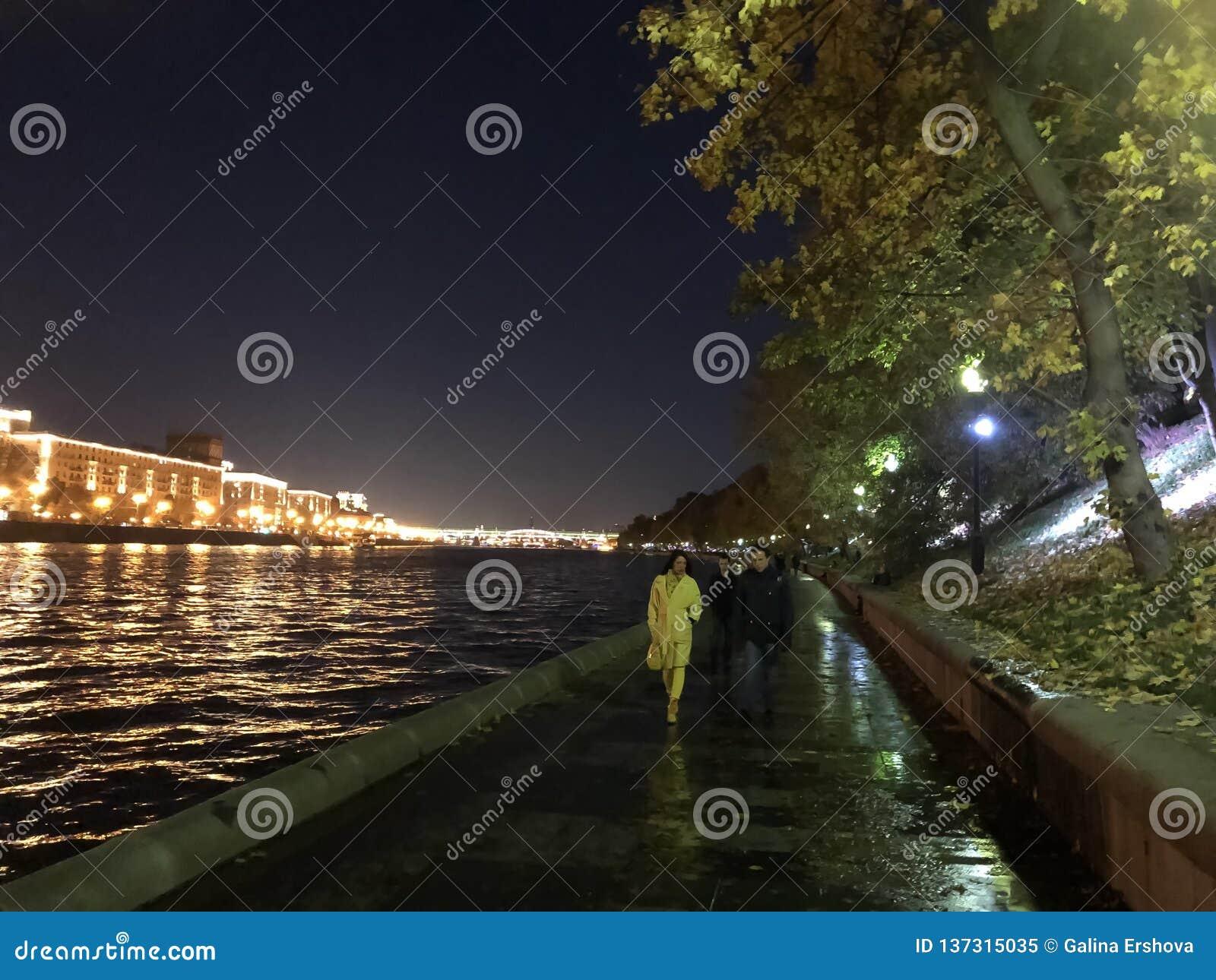Par som går i stad, parkerar nära floden