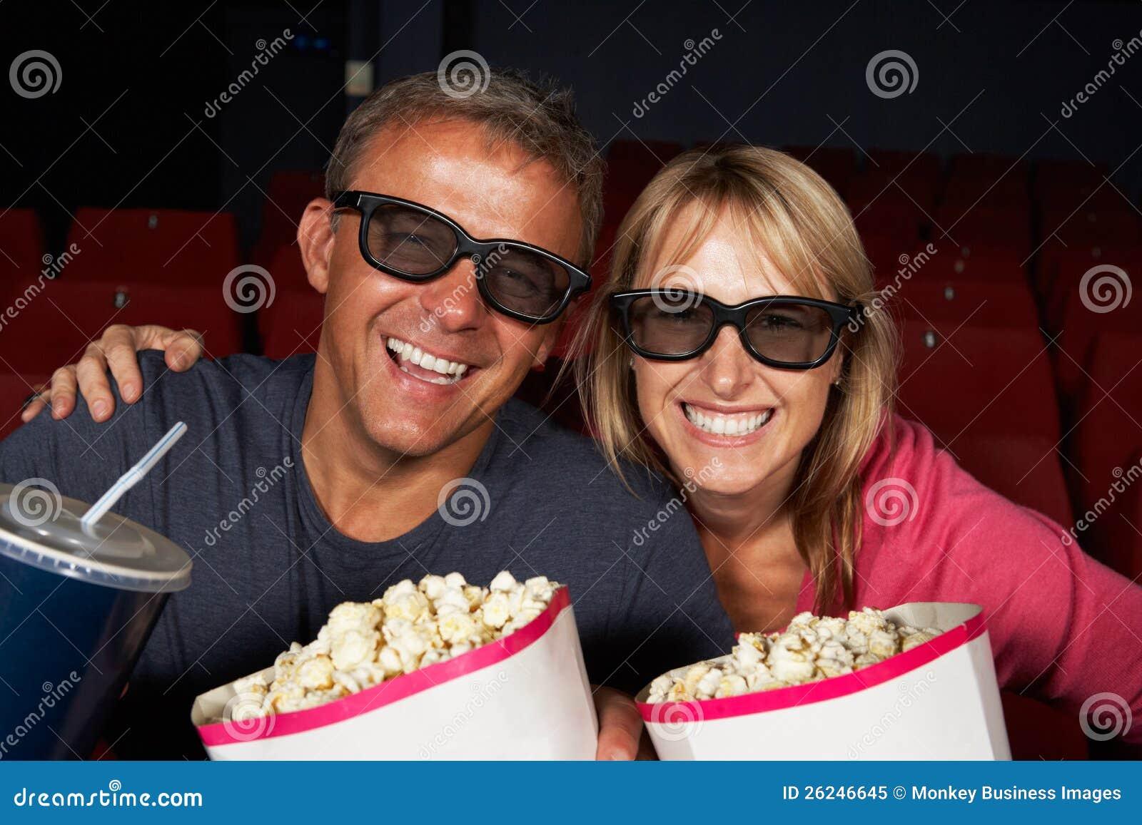 Par som håller ögonen på filmen 3D i bio