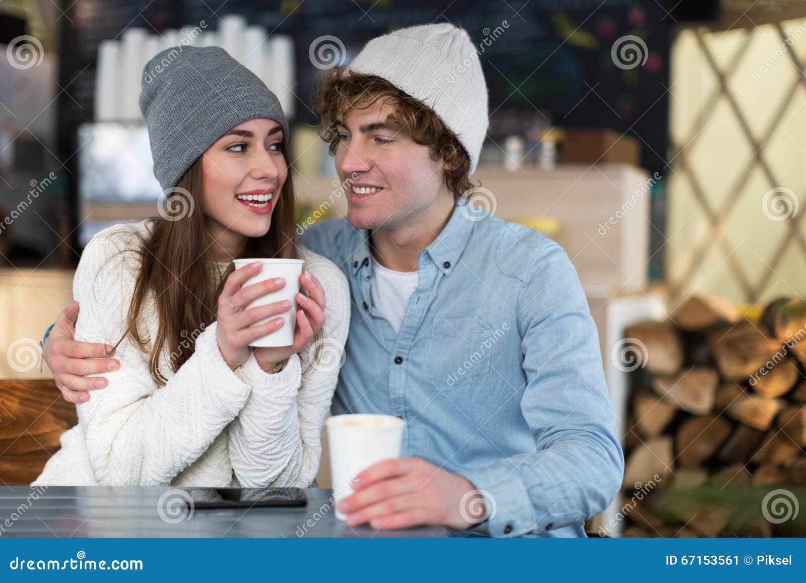 Par som har den varma drinken på vinterdag