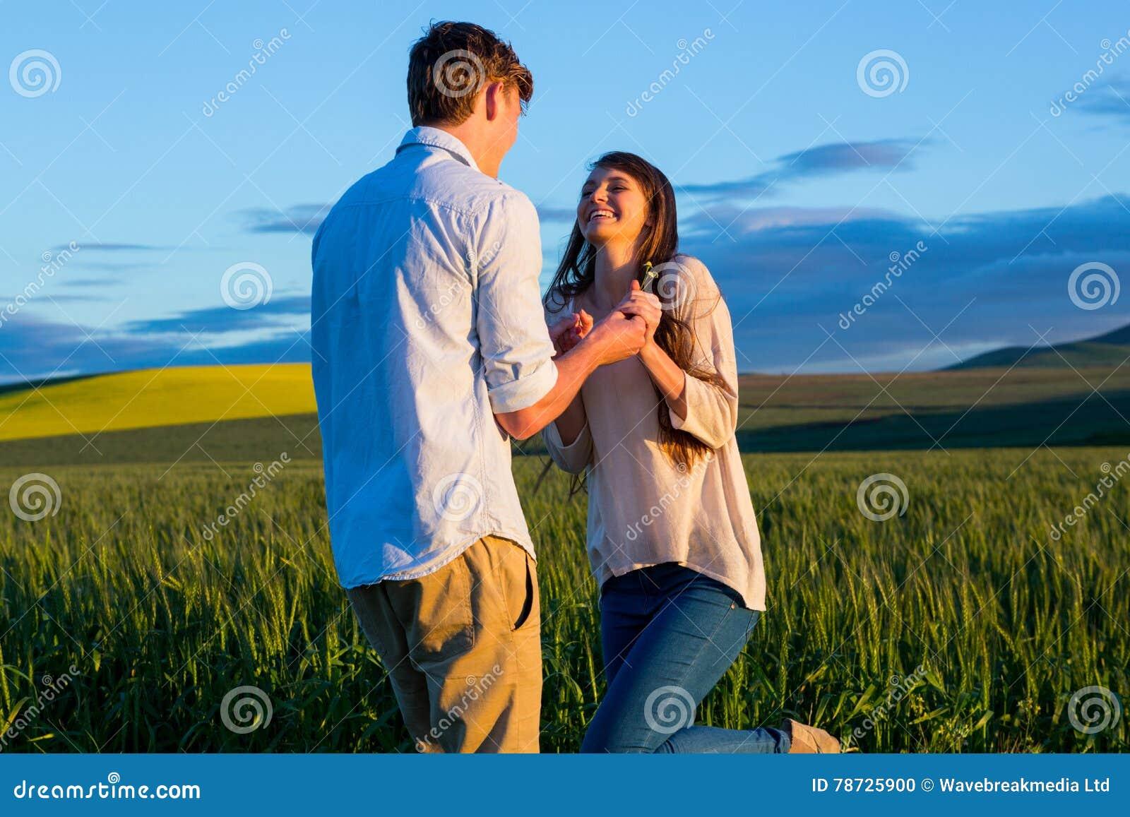 Par som har gyckel i fält