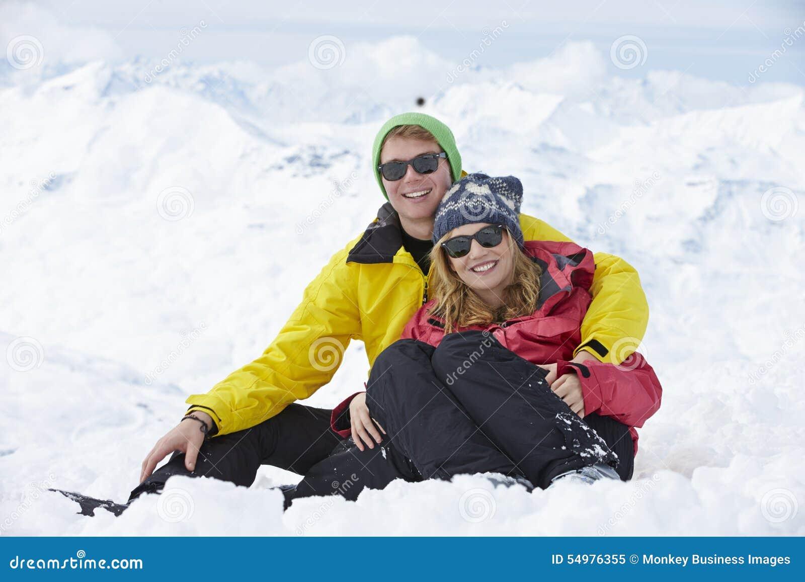 Par som har gyckel skidar på, ferie i berg