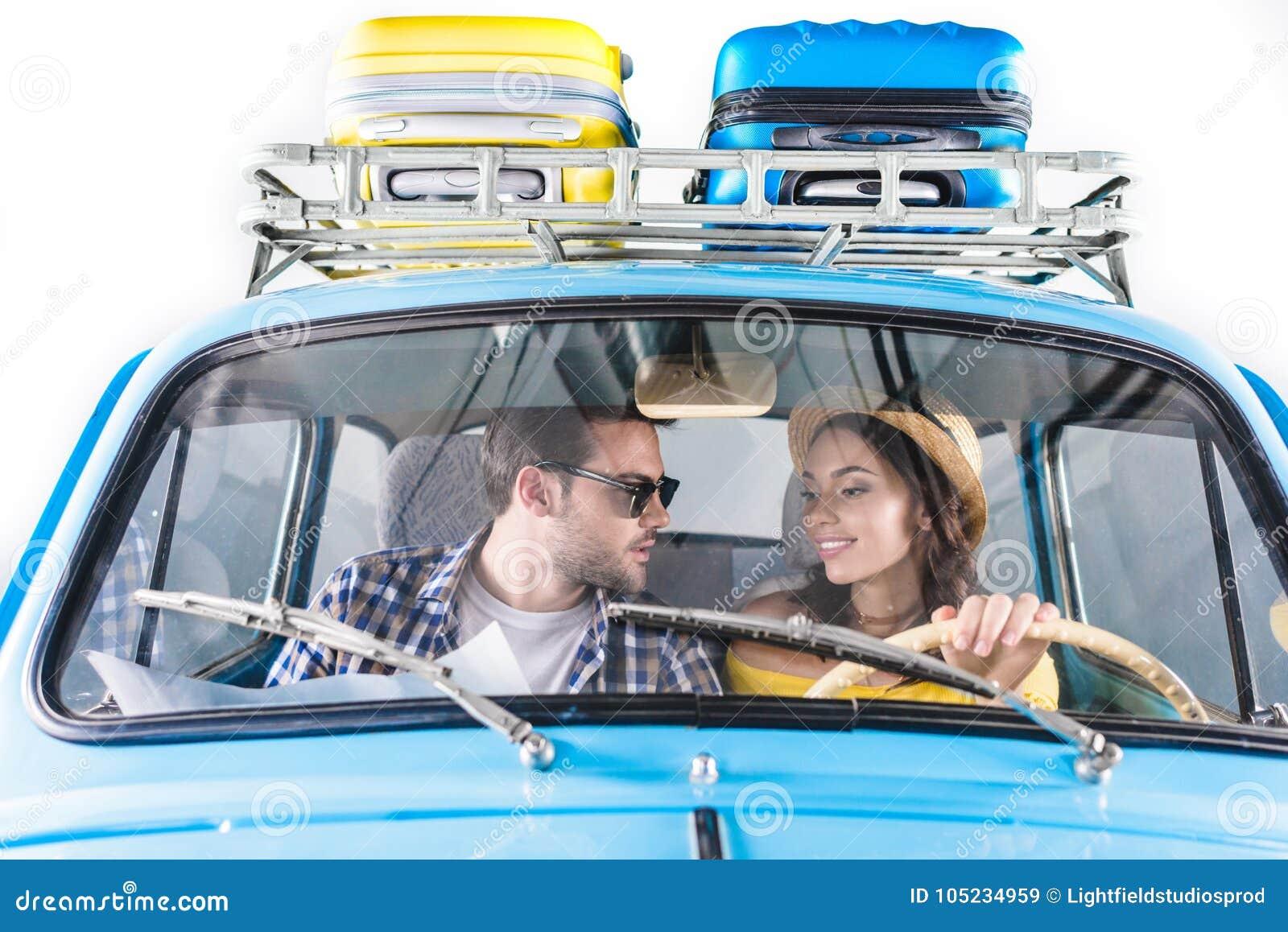 Par som kör bilen