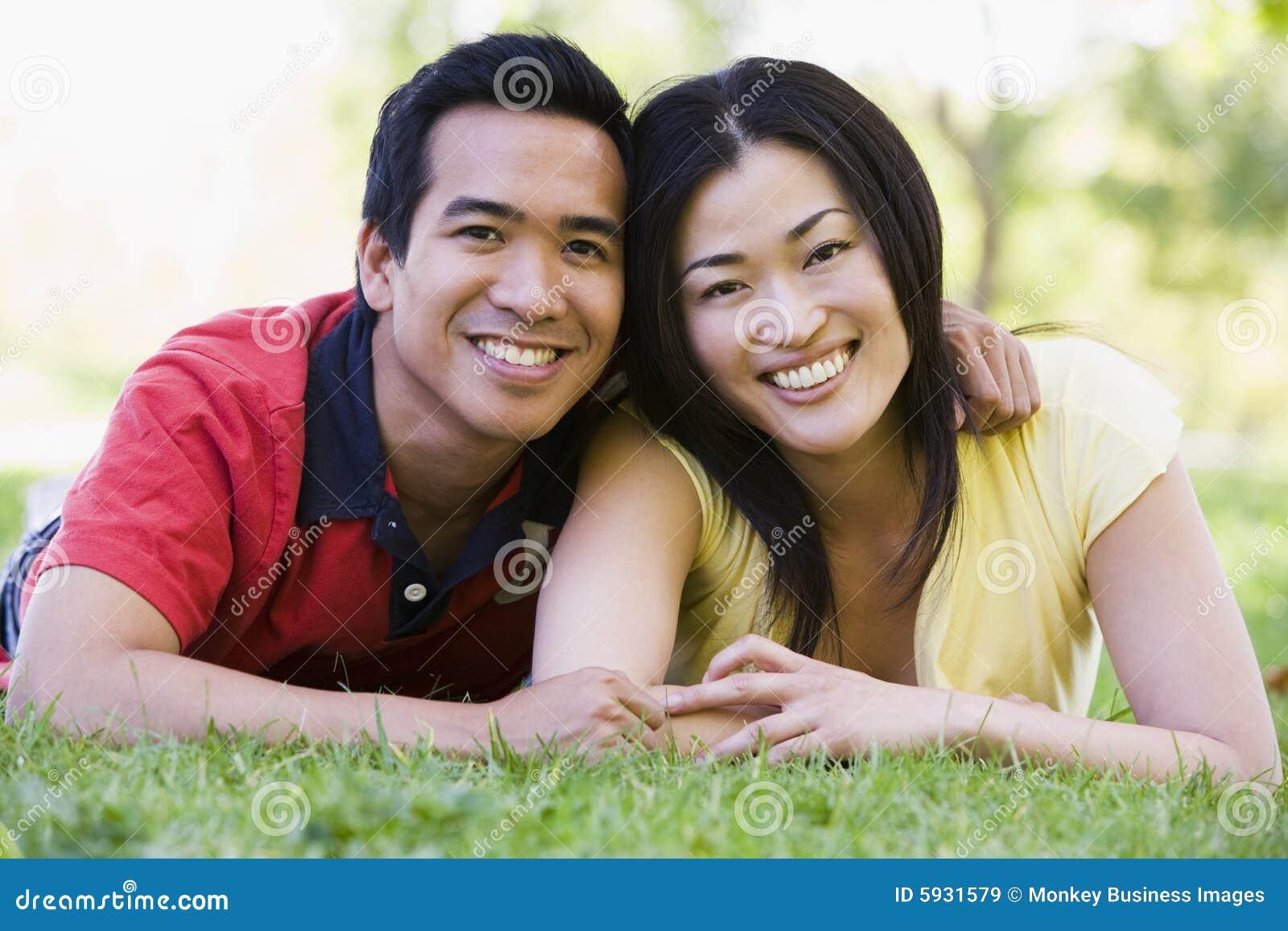 Par som ligger le utomhus