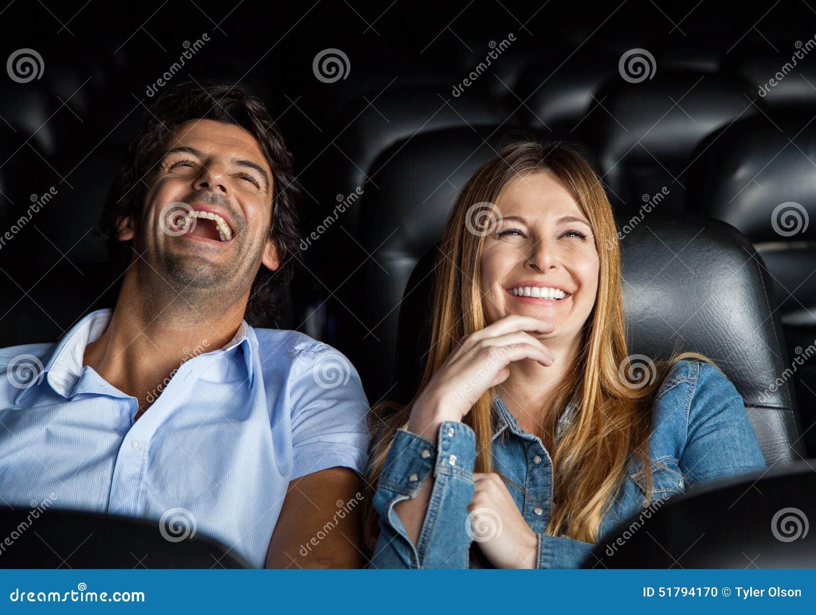 Par som skrattar, medan hålla ögonen på filmen i teater