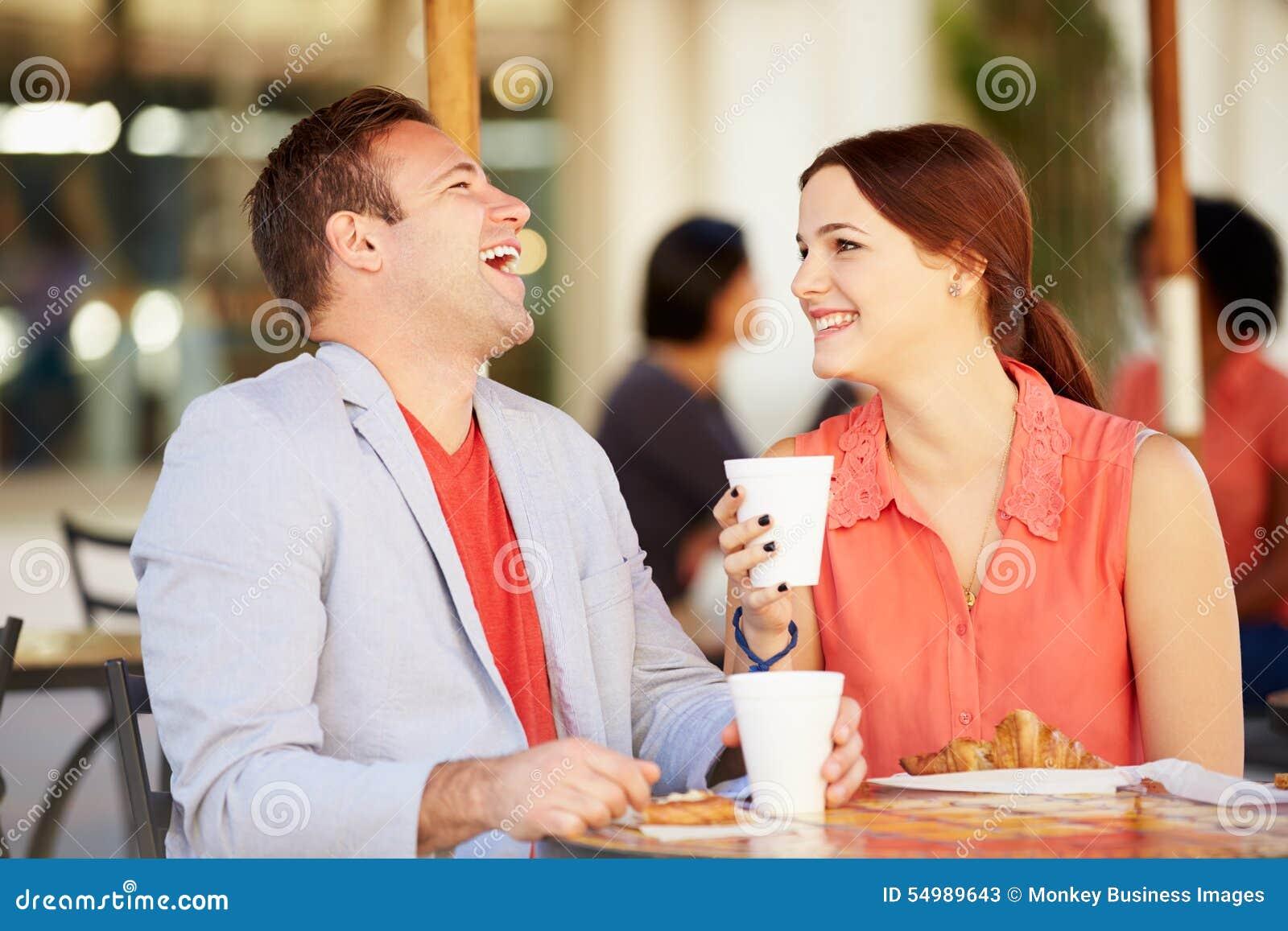 Par som tycker om mellanmålet i CafÅ ½