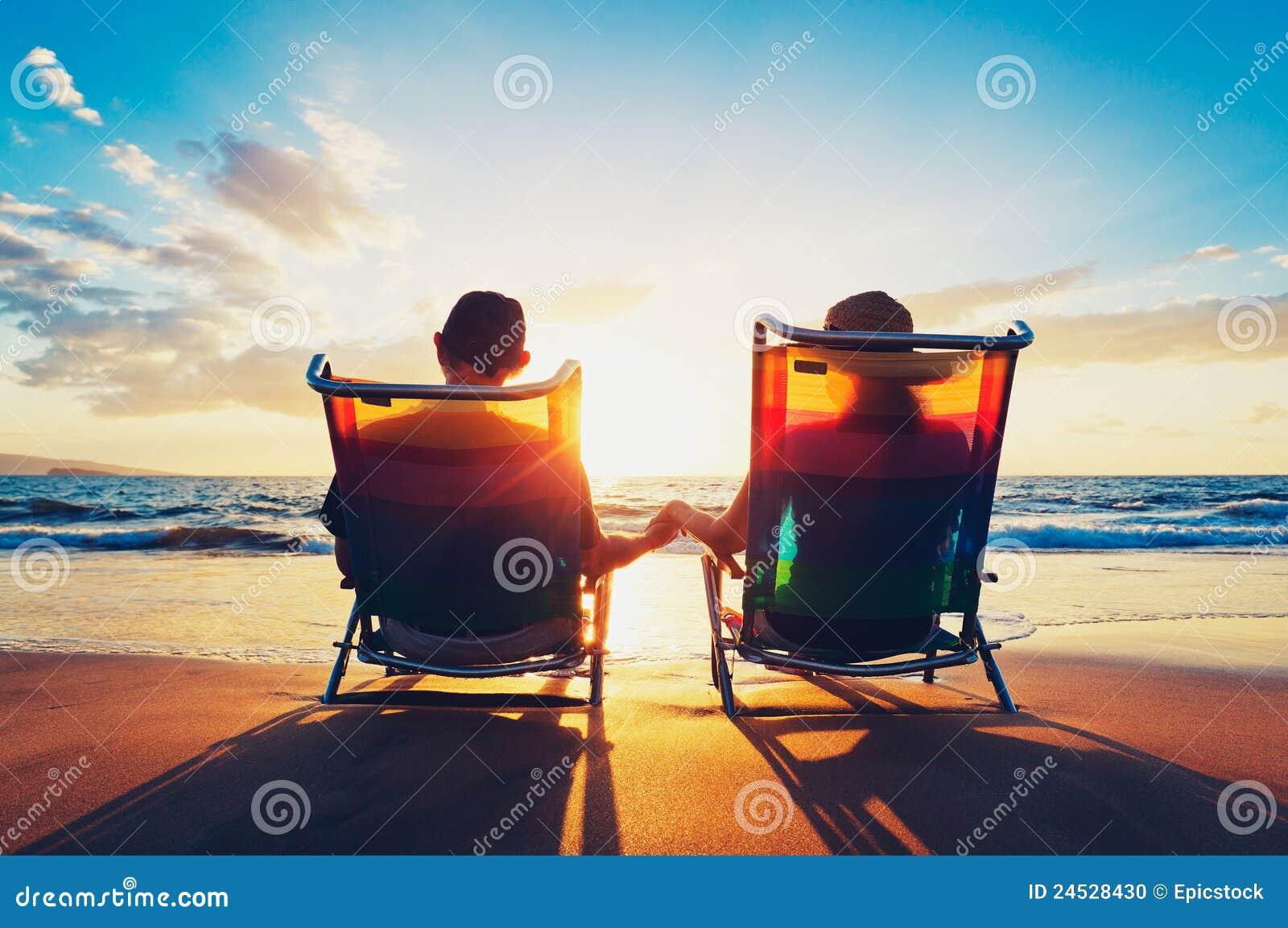 Par som tycker om solnedgång på stranden