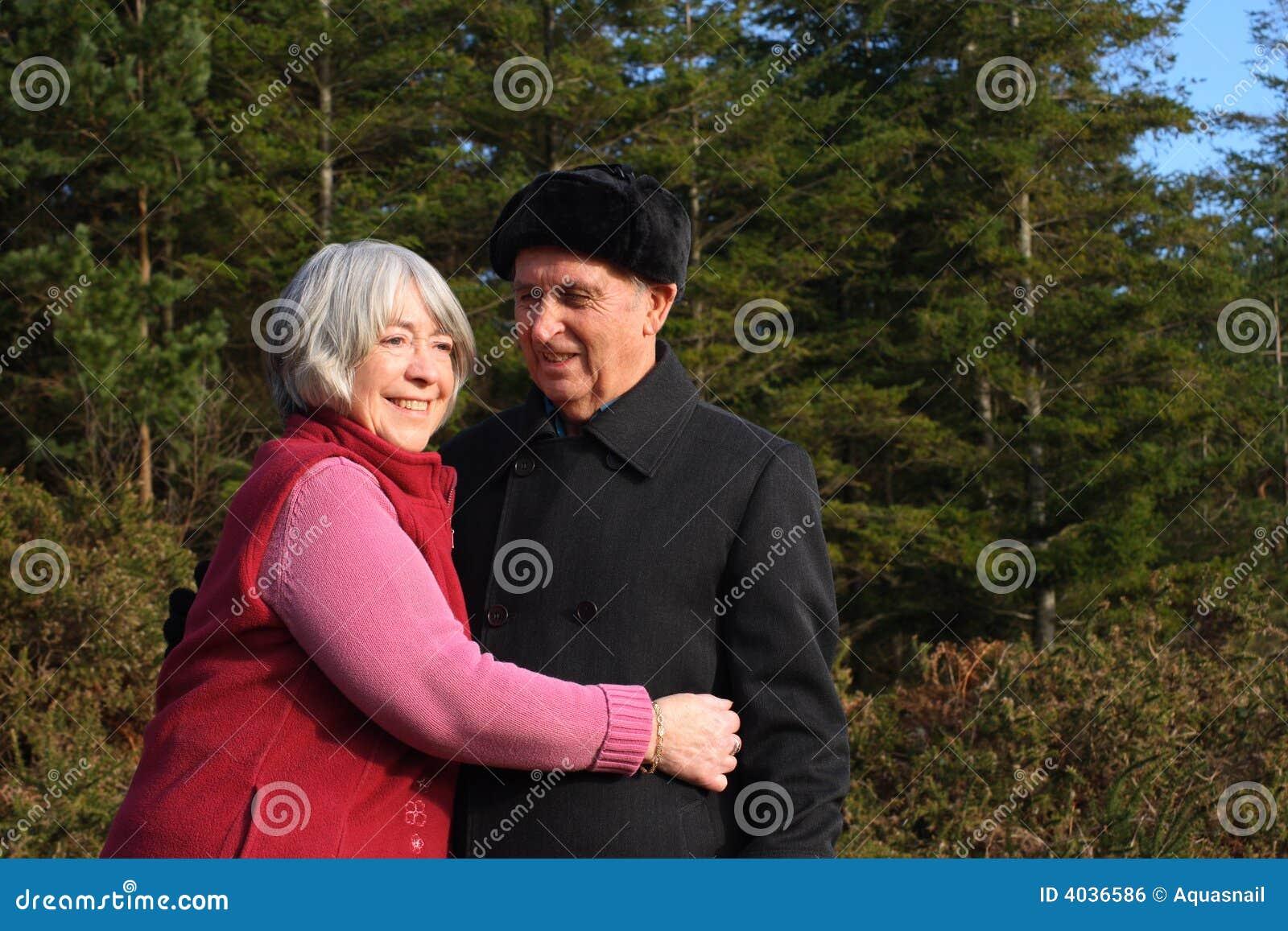 Par tycker om pensionären går skogsmark