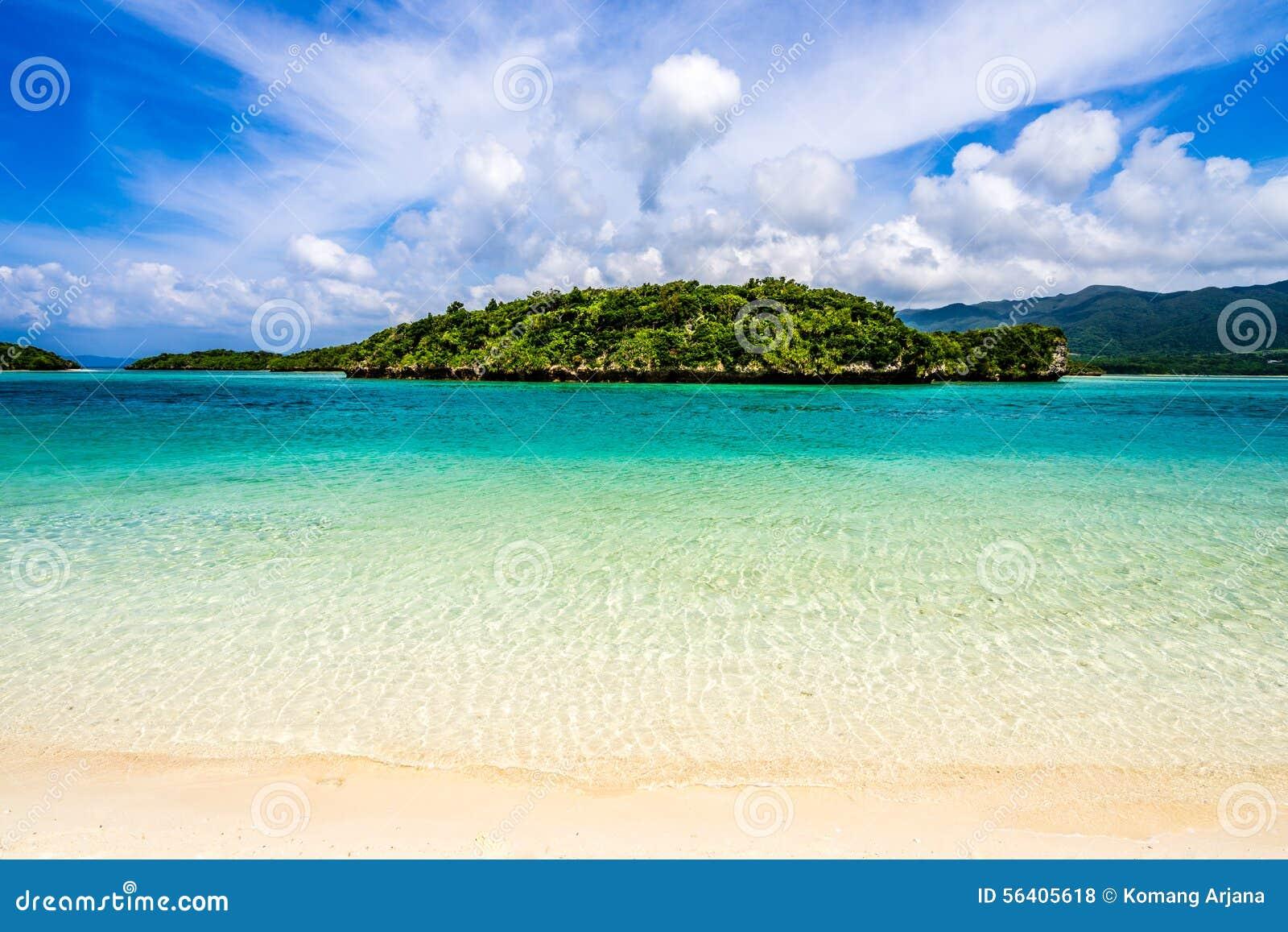 Paraíso de la playa en la isla tropical de Okinawa