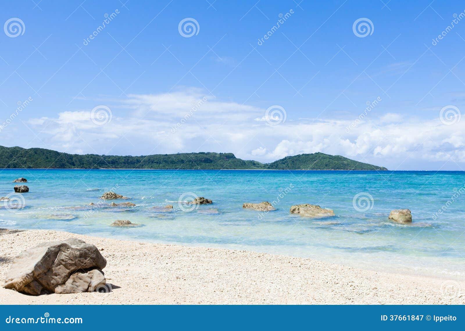 Paraíso tropical abandonado de la playa, Okinawa, Japón