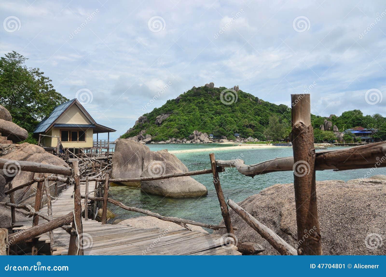 Paraíso tropical - caminho de madeira ao longo do beira-mar e de um pequeno